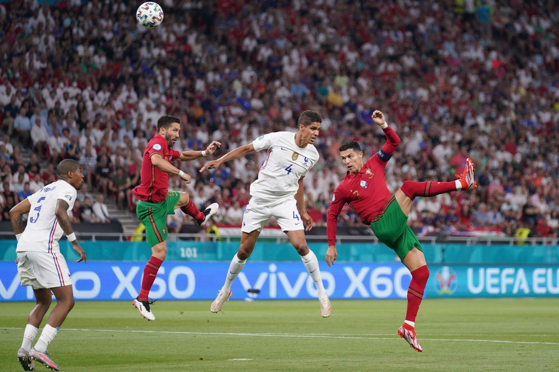 Cristiano Ronaldo de Portugal en acción contra Raphael Varane de Francia durante el partido por el Grupo F de la UEFA EURO 2020, en Budapest, Hungría. Foto: EFE