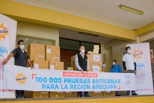 Hoy se inició la entrega de 120,000 pruebas antígenas, de las cuales 100.000 fueron transferidas por el Minsa y 20,000 las adquirió el Gobierno Regional de Arequipa.