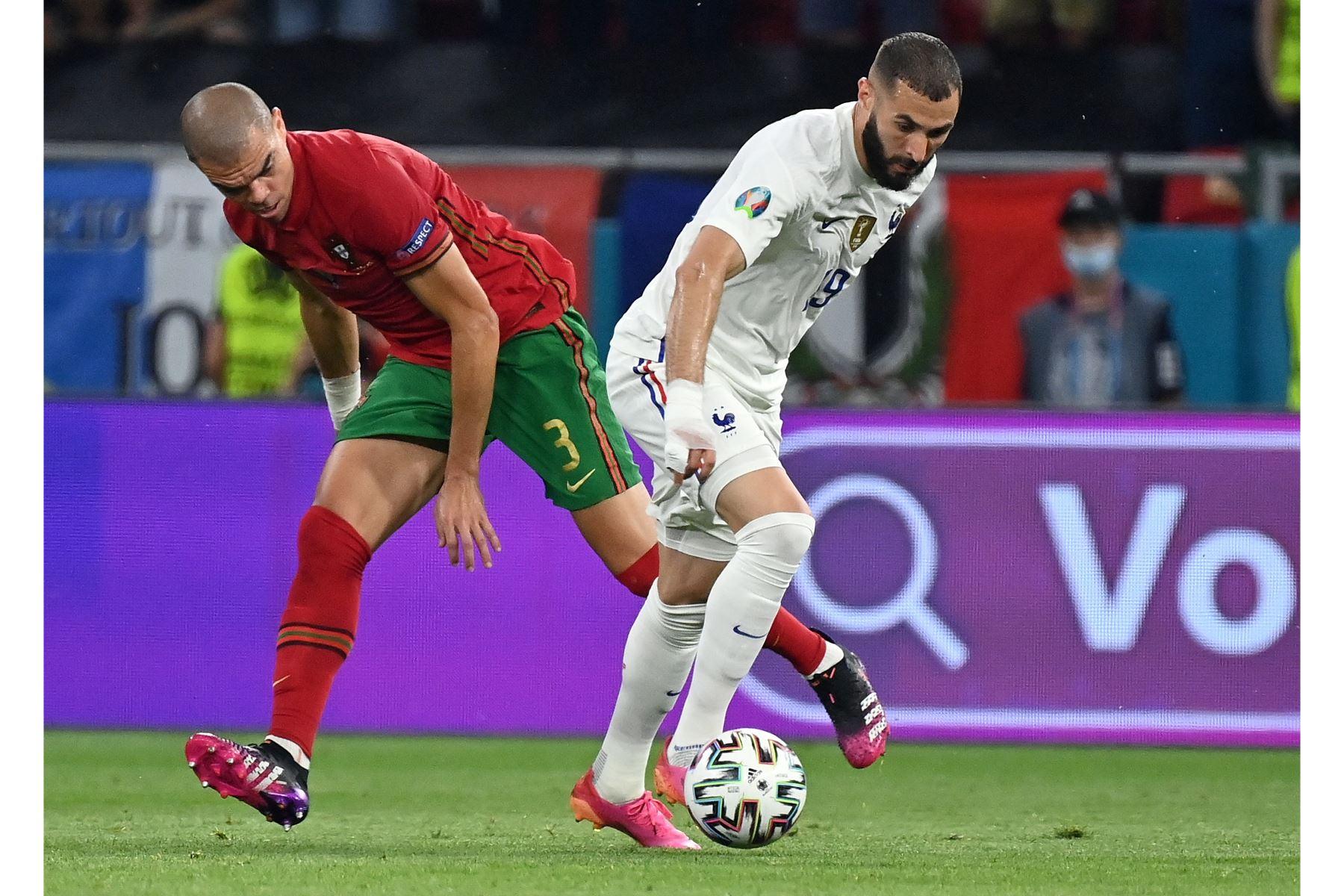 Pepe de Portugal en acción contra Karim Benzema de Francia durante el partido por el grupo F de la UEFA EURO 2020, en Budapest, Hungría. Foto: EFE