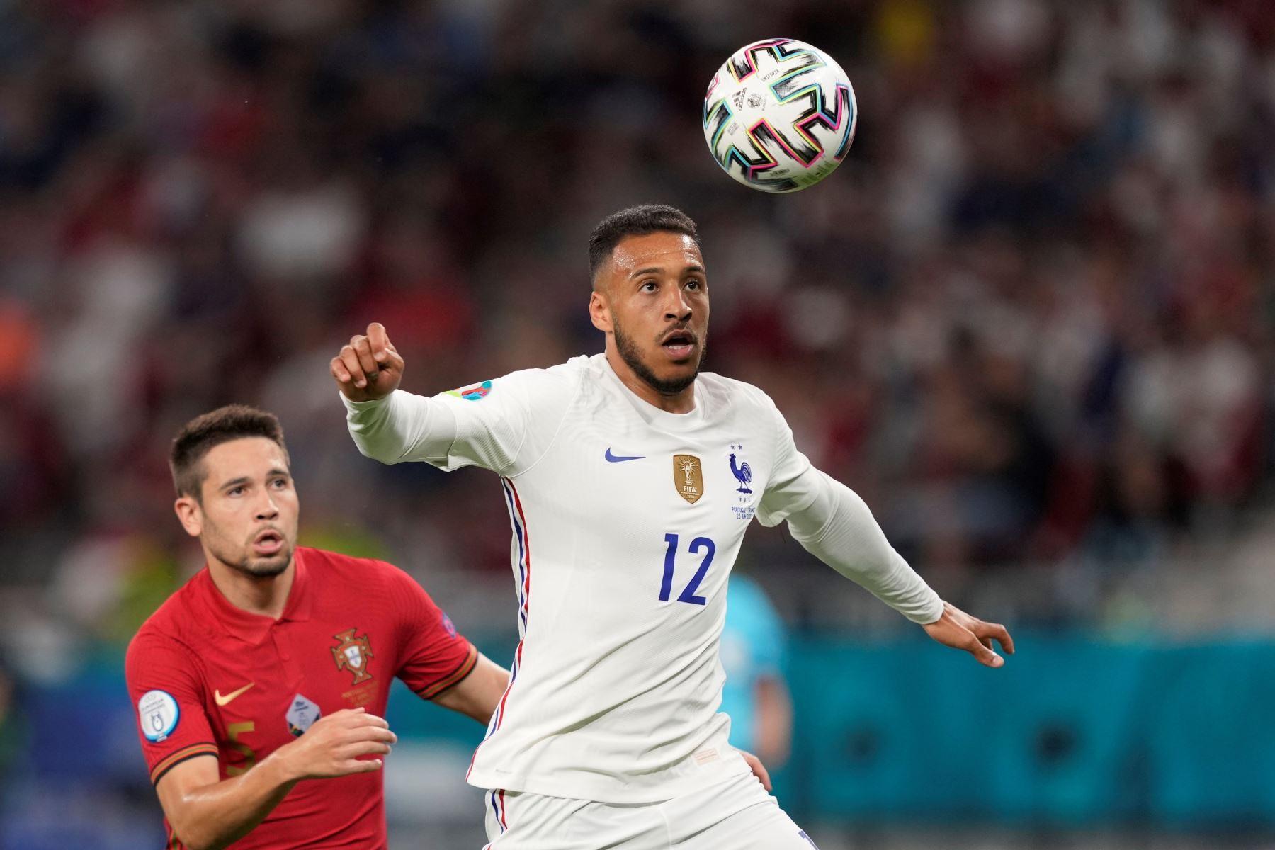 Rapheël Guerreiro de Portugal en acción contra Corentin Tolisso de Francia durante el partido por el Grupo F de la UEFA EURO 2020, en Budapest, Hungría. Foto: EFE