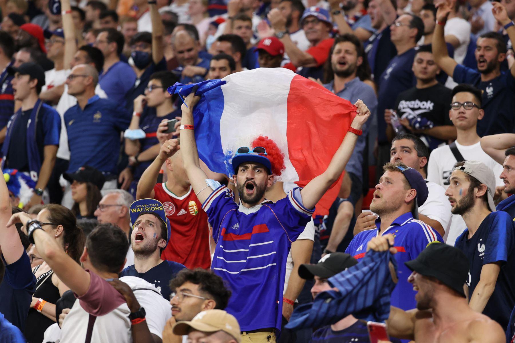 Los seguidores de Francia alientan a su equipo durante el partido ante Portugal por el Grupo F de la UEFA EURO 2020, en el Puskas Arena de Budapest. Foto: AFP
