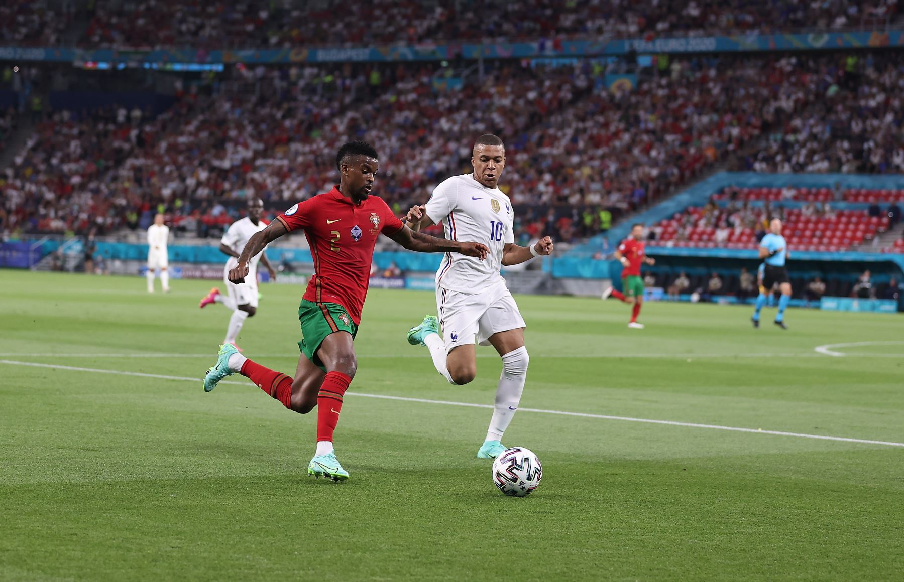 Nelson Semedo de Portugal en acción contra Kylian Mbappé de Francia durante el partido por el grupo F de la UEFA EURO 2020, en Budapest, Hungría. Foto: EFE