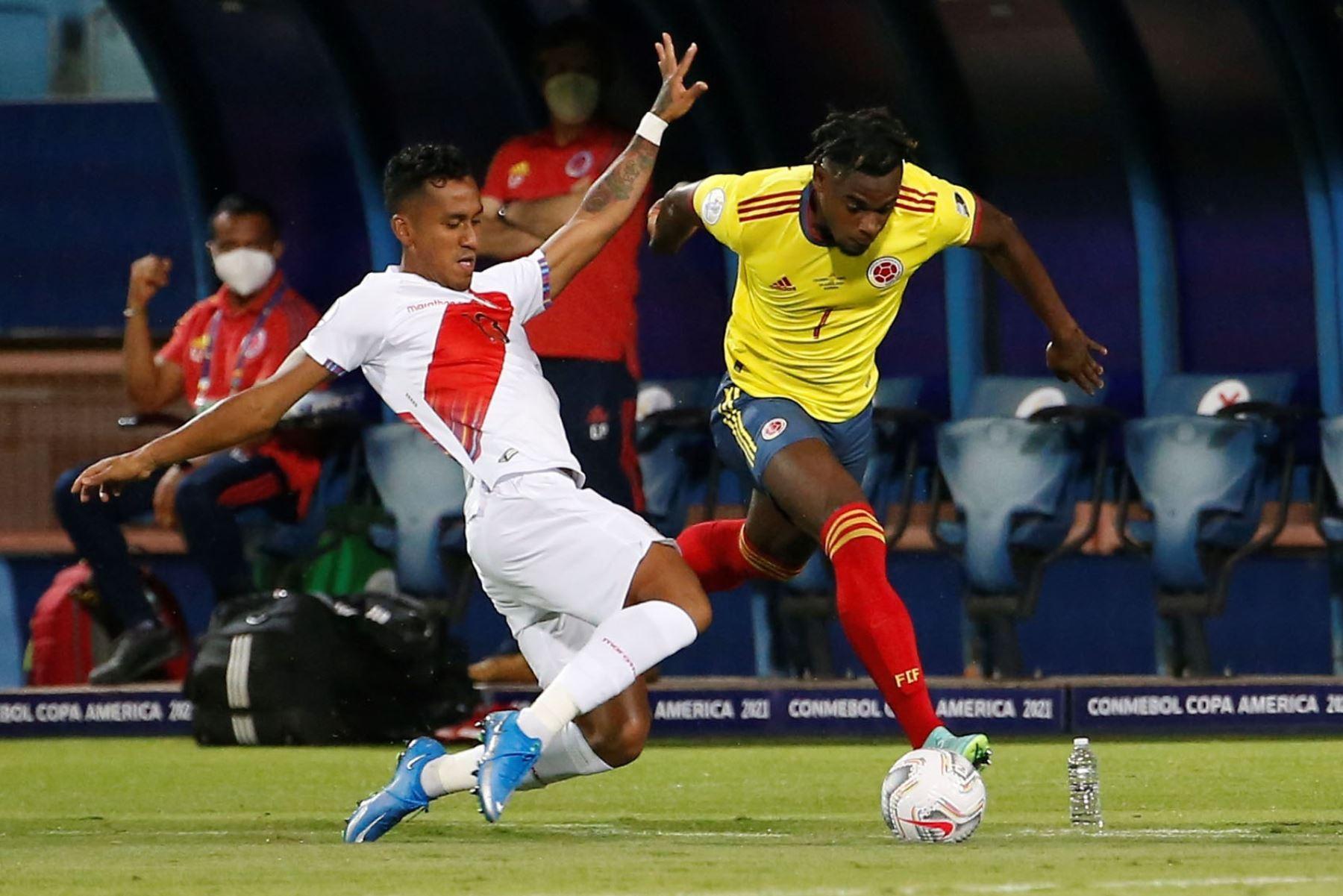 Duván Zapata  de Colombia disputa hoy el balón con Renato Tapia de Perú, durante un partido por el grupo B de la Copa América en el Estadio Olímpico Pedro Ludovico Teixeira, en (Brasil. Foto: EFE