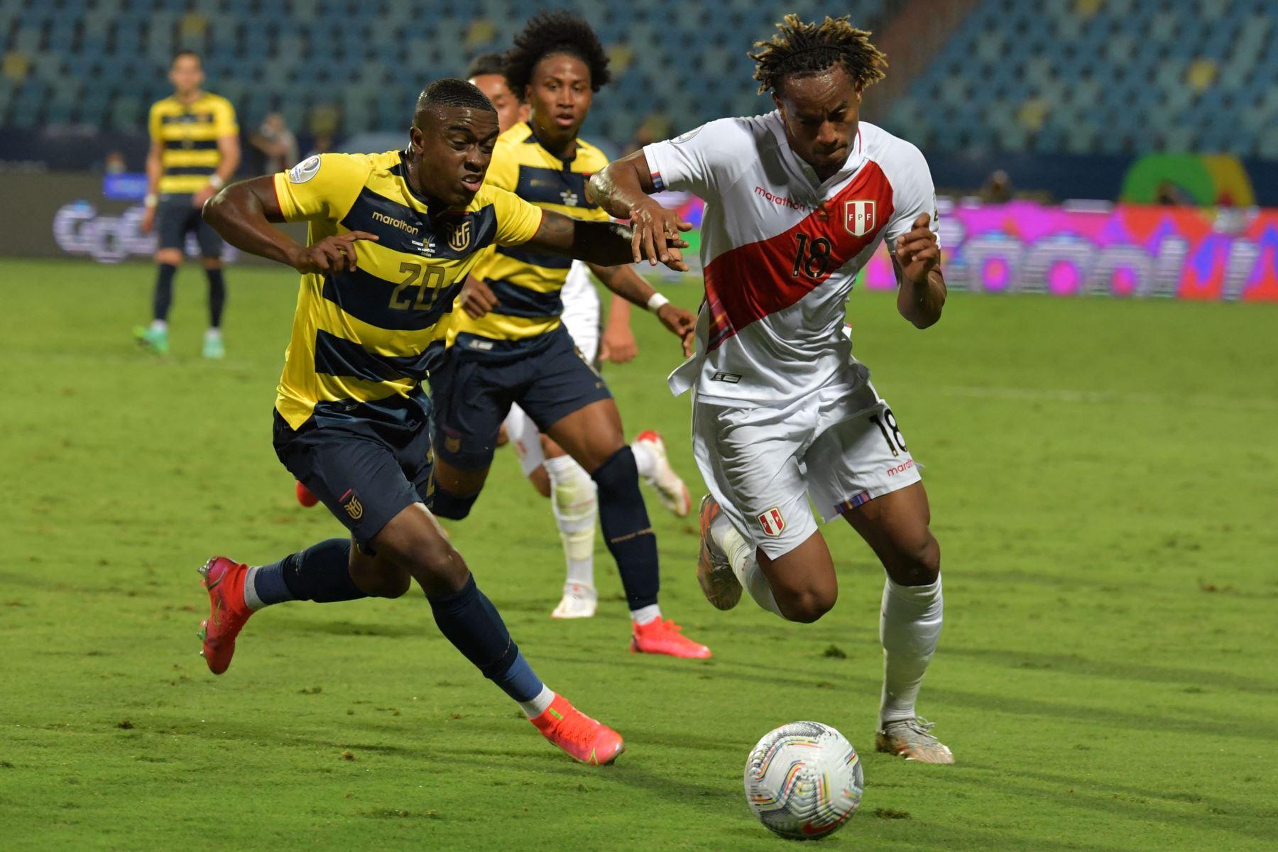El ecuatoriano Jhegson Méndez y el peruano Andre Carrillo compiten por el balón durante el partido de la fase de grupos del torneo de fútbol Conmebol Copa América 2021 en el Estadio Olímpico de Goiania, Brasil. Foto: AFP