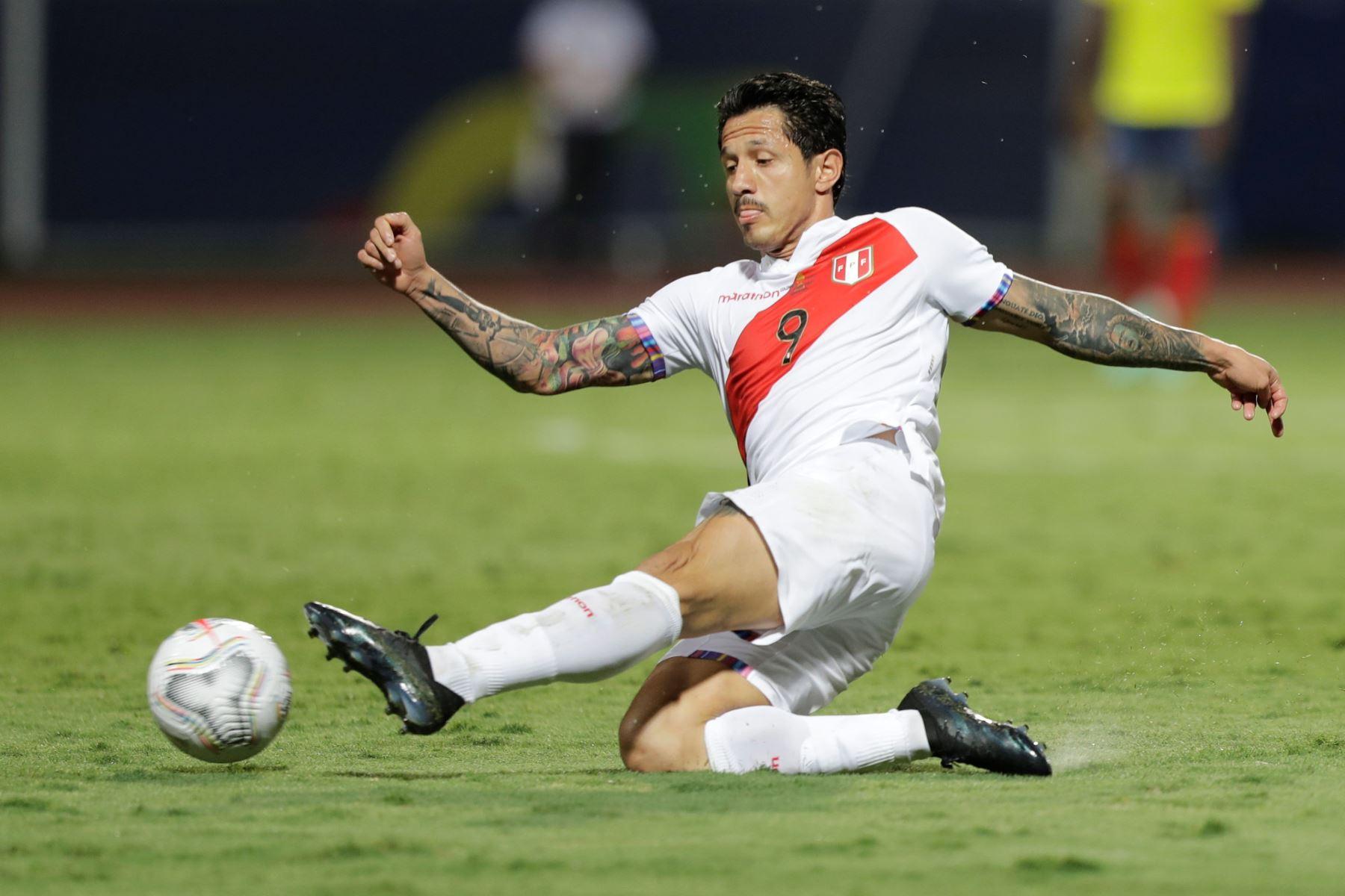 Gianluca Lapadula de Perú patea el balón ante Colombiahoy, en un partido por el grupo B de la Copa América en el Estadio Olímpico Pedro Ludovico Teixeira, en Brasil. Foto: EFE