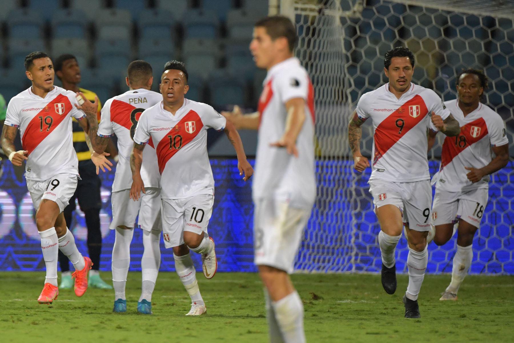 El peruano Gianluca Lapadula  celebra tras anotar contra Ecuador durante su partido de la fase de grupos del torneo de fútbol Conmebol Copa América 2021 en el Estadio Olímpico de Goiania, Brasil. Foto: AFP