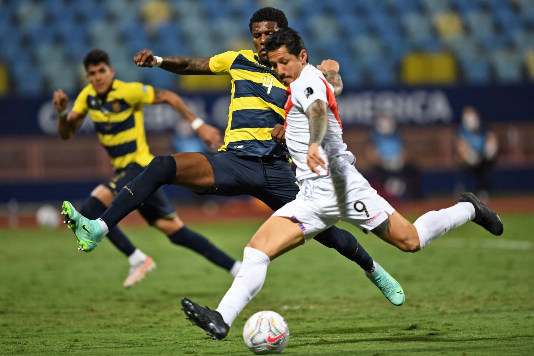 El peruano Gianluca Lapadula dispara para anotar contra Ecuador durante el partido de la fase de grupos del torneo de fútbol Conmebol Copa América 2021 en el Estadio Olímpico de Goiania, Brasil. Foto: AFP