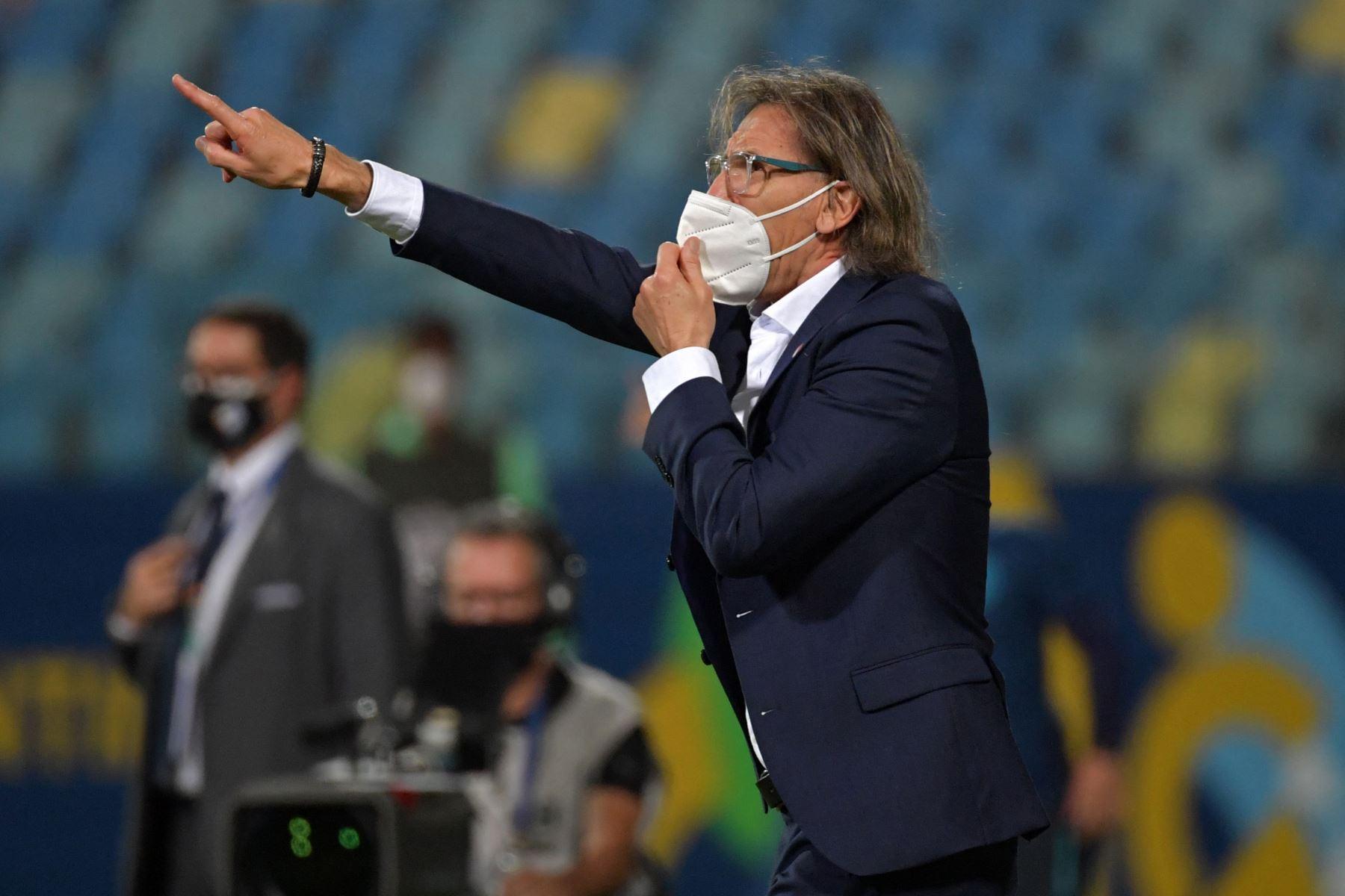 El técnico peruano, el argentino Ricardo Gareca, hace gestos durante el partido de la fase de grupos del torneo de fútbol Copa América 2021 contra Ecuador en el Estadio Olímpico de Goiania, Brasil.  Foto: AFP