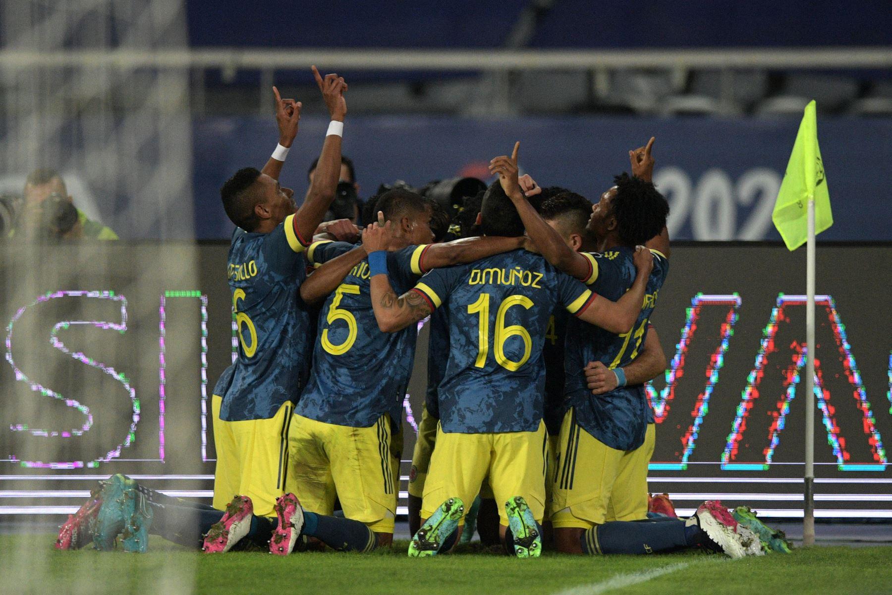 Los jugadores de Colombia celebran tras anotar contra Brasil durante el partido de la fase de grupos del torneo de fútbol Conmebol Copa América 2021, en el Estadio Nilton Santos de Río de Janeiro, Brasil. Foto: AFP