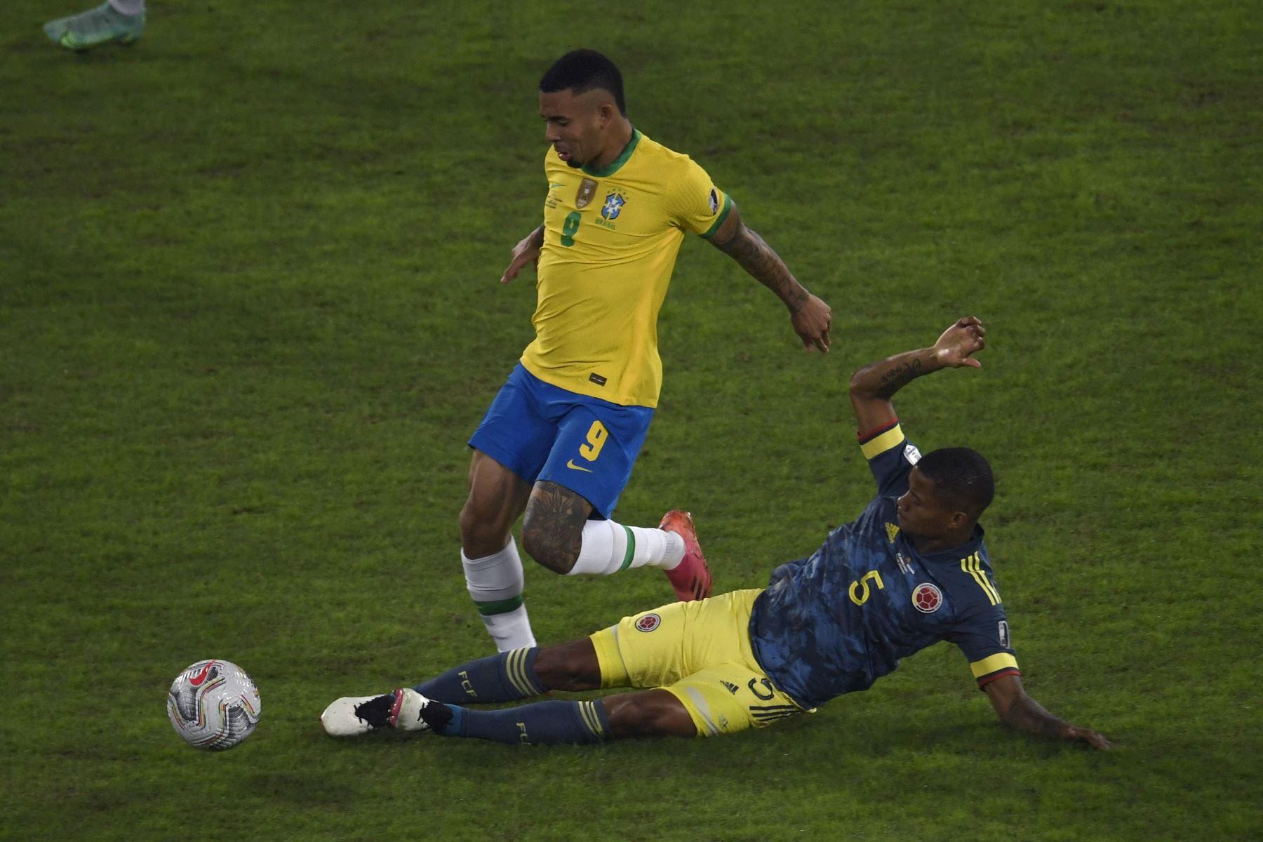 El brasileño Gabriel Jesus y el colombiano Wilmar Barrios compiten por el balón durante el partido de la fase de grupos del torneo de fútbol Conmebol Copa América 2021 en el estadio Nilton Santos de Río de Janeiro, Brasil. Foto: AFP