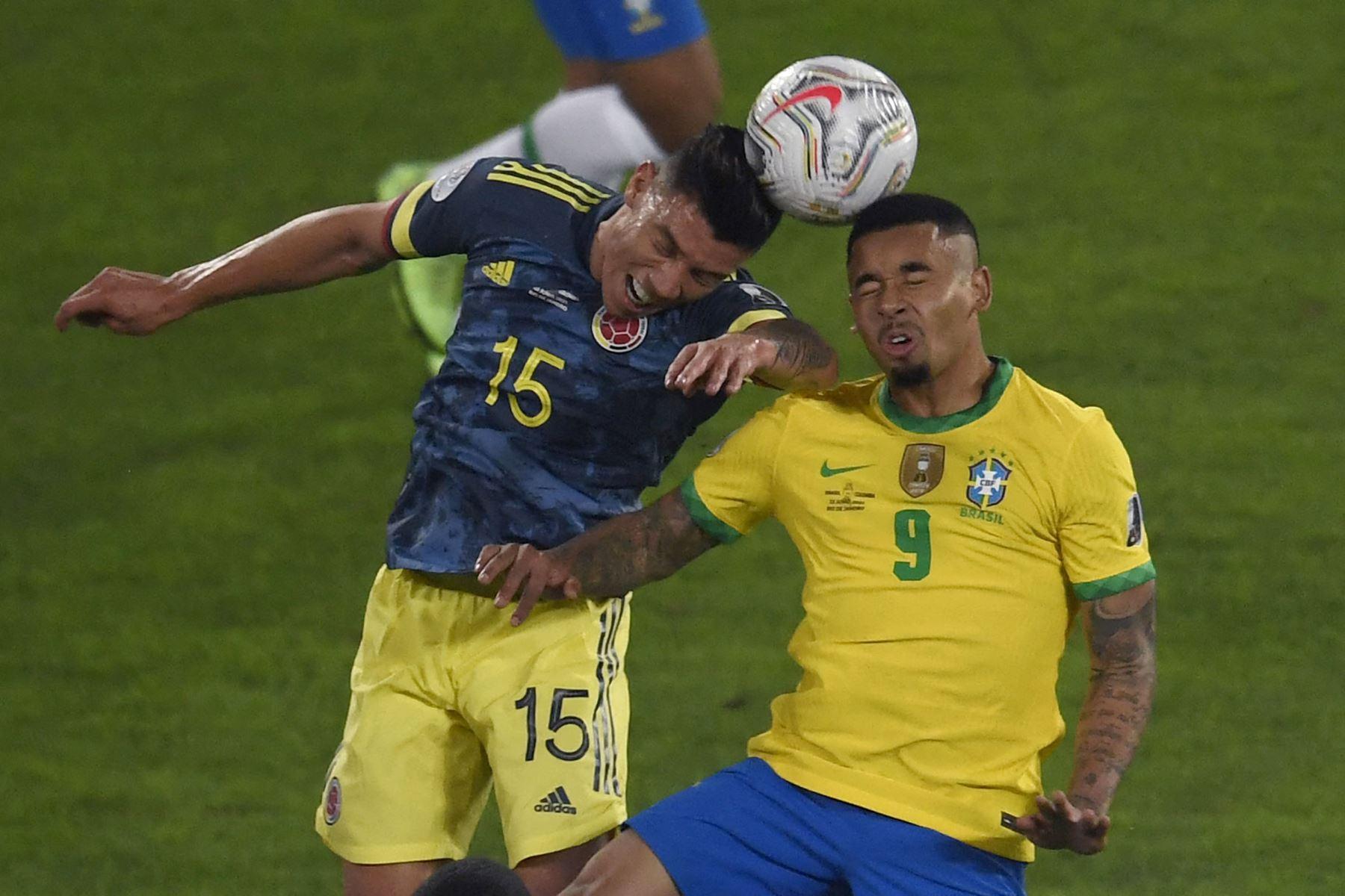 El colombiano Mateus Uribe y el brasileño Gabriel Jesus compiten por el balón durante el partido de la fase de grupos del torneo de fútbol Conmebol Copa América 2021 en el estadio Nilton Santos de Río de Janeiro, Brasil. Foto: AFP