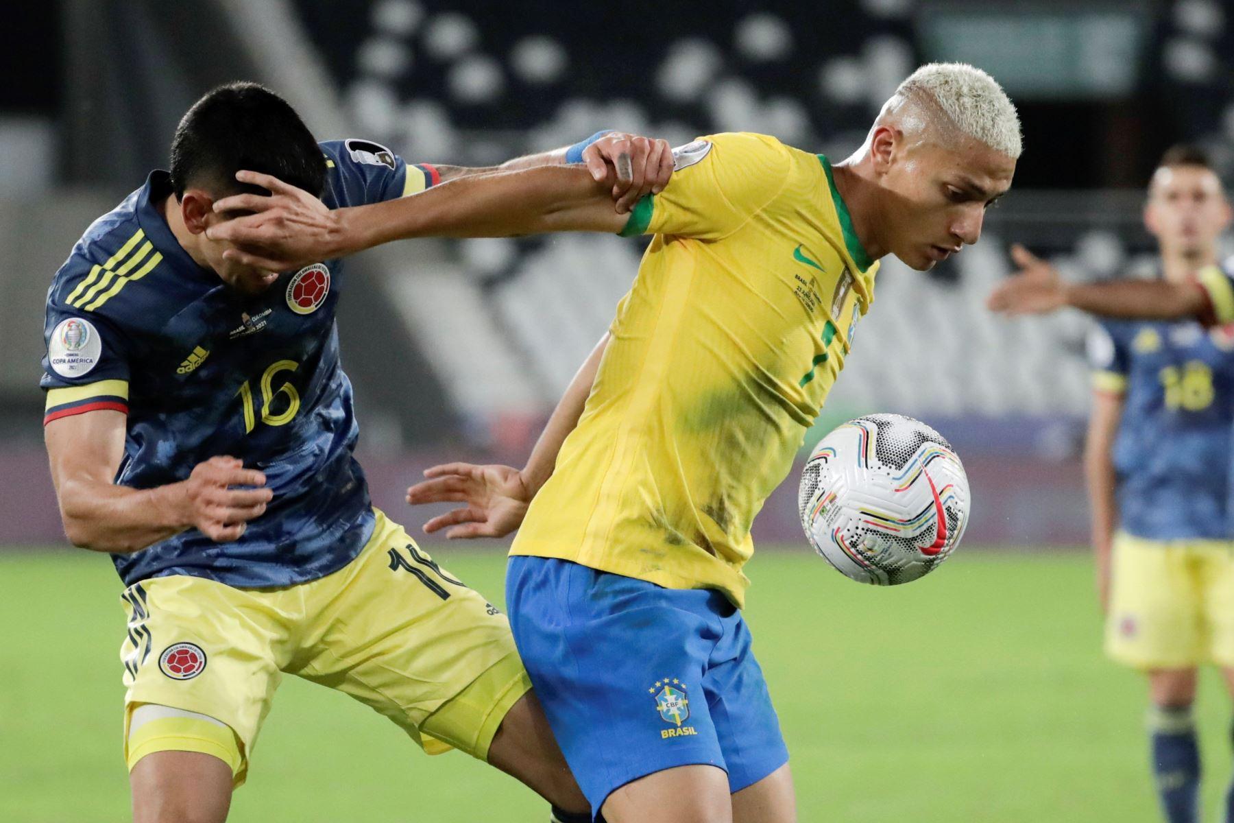 Richarlison de Brasil disputa hoy el balón con Daniel Muñoz de Colombia, durante un partido por el Grupo B de la Copa América en el Estadio Olímpico Nilton Santos de Río de Janeiro. Foto: EFE