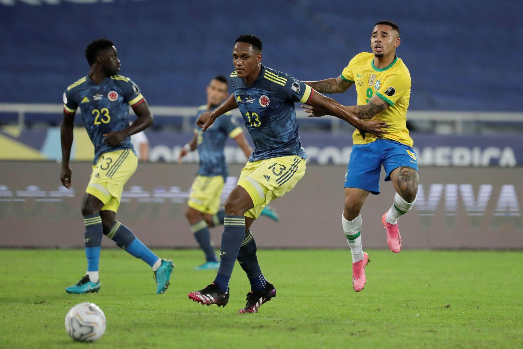 Gabriel Jesús de Brasil disputa hoy el balón con Yerry Mina  de Colombia, durante un partido por el Grupo B de la Copa América en el Estadio Olímpico Nilton Santos de Río de Janeiro. Foto: EFE