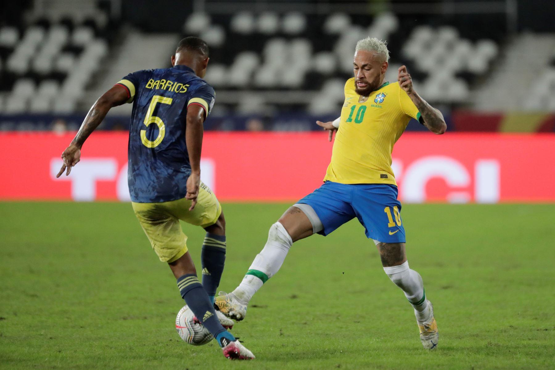 Neymar Jr de Brasil disputa el balón con Wilmar Barrios de Colombia, durante un partido por el Grupo B de la Copa América en el Estadio Olímpico Nilton Santos de Río de Janeiro. Foto: EFE
