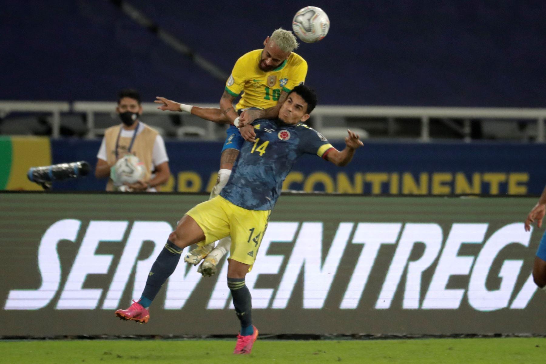 Neymar Jr de Brasil disputa el balón con Luis Díaz de Colombia, durante un partido por el Grupo B de la Copa América en el Estadio Olímpico Nilton Santos de Río de Janeiro. Foto: EFE