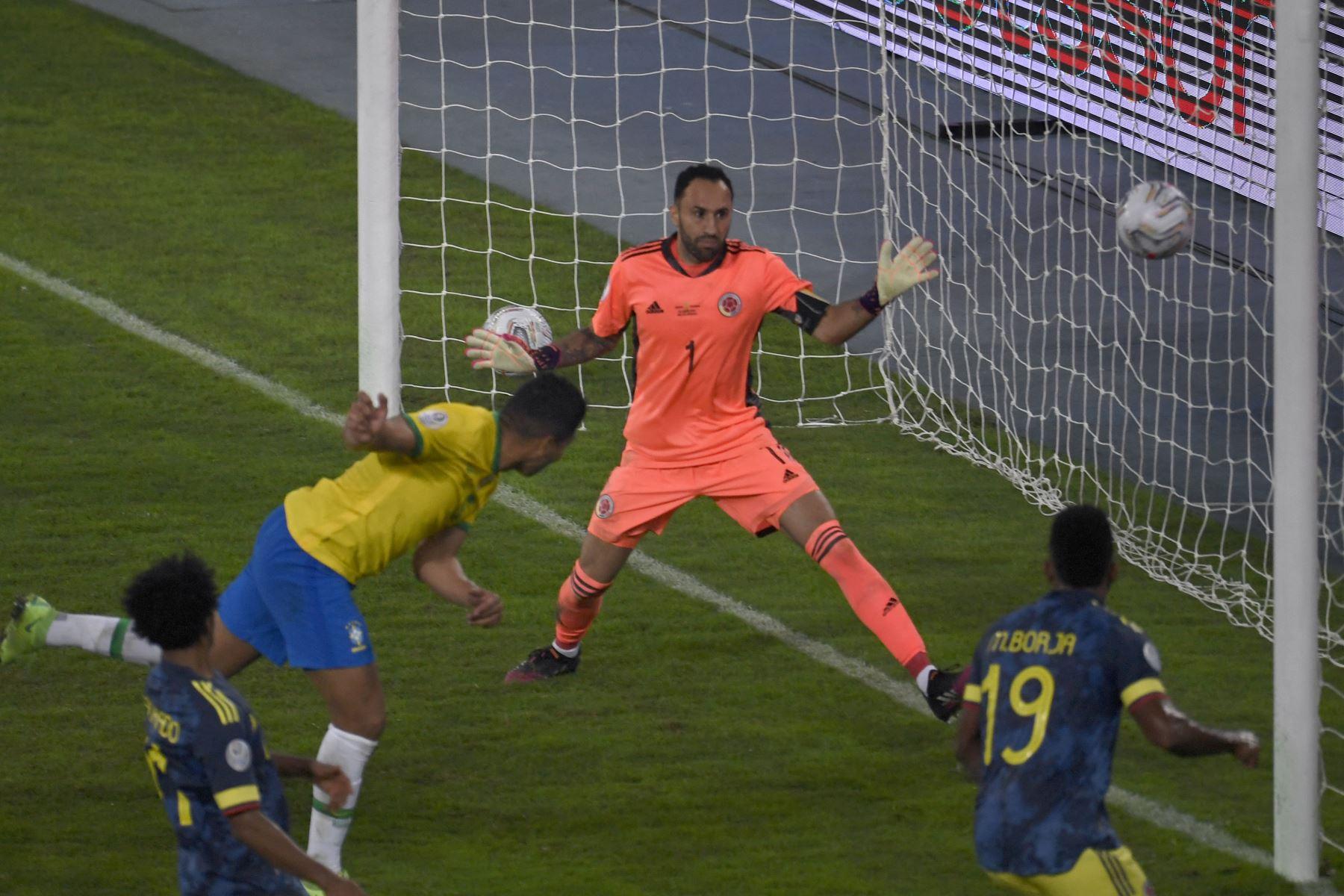 Casemiro de Brasil se dirige a anotar contra el portero de Colombia David Ospina durante el partido de la fase de grupos del torneo de fútbol Conmebol Copa América 2021, en el Estadio Nilton Santos en Río de Janeiro, Brasil. Foto: AFP