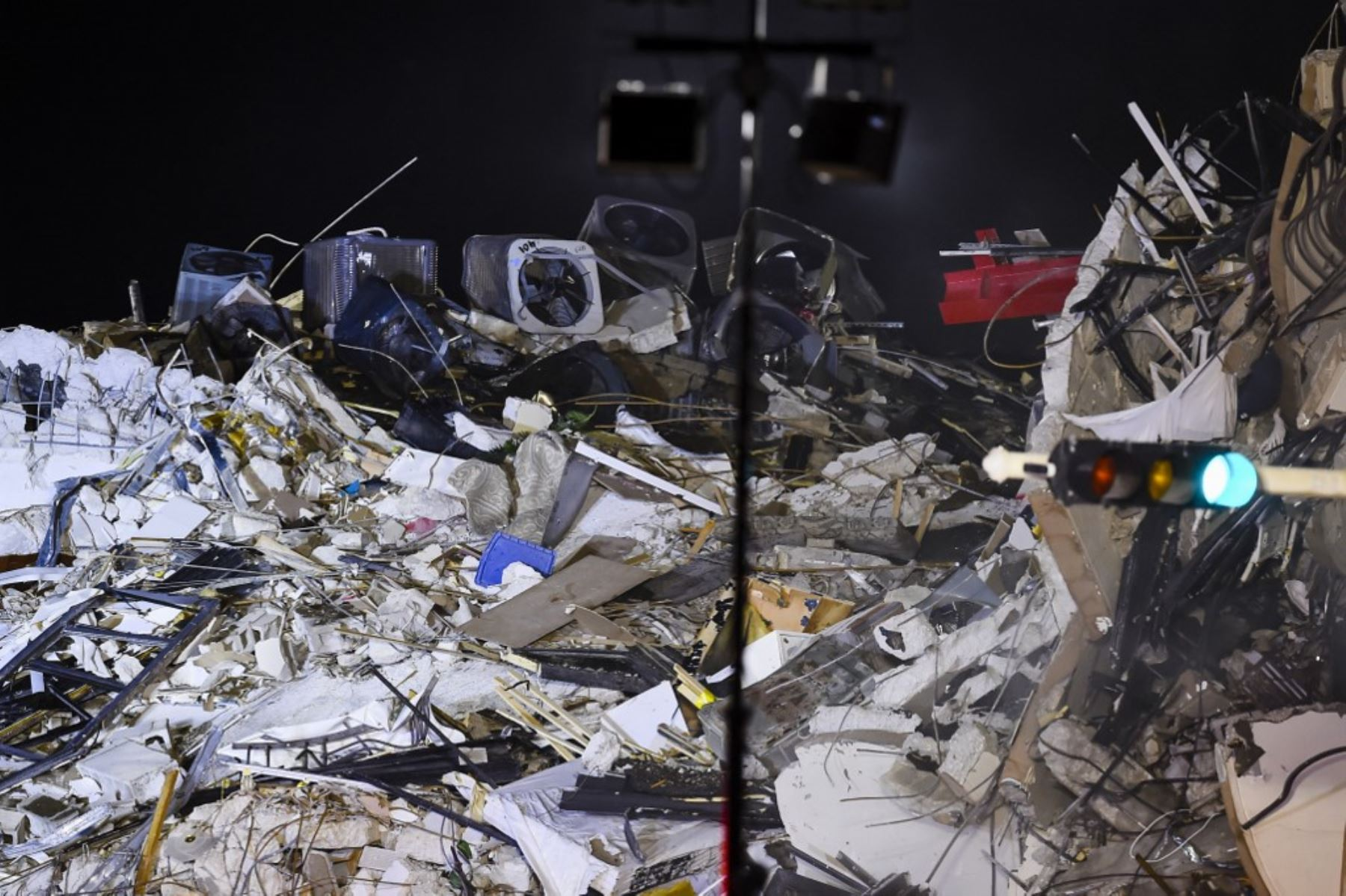Aumentan a 28 las víctimas mortales del derrumbe en Miami-Dade