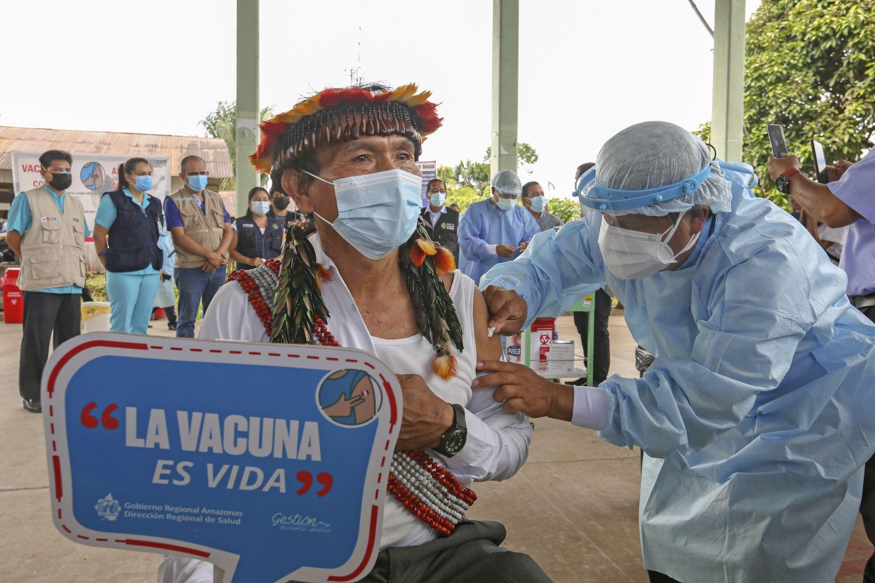 Coronavirus: vacunan a líderes primero para dar el ejemplo a comunidades indígenas