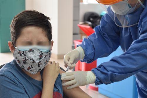 """""""Hay que vivir la vacunación como una esperanza de vida, donde toda la familia tiene que participar, porque se trata de un día feliz"""", señala experta. Foto:ANDINA/Difusión"""