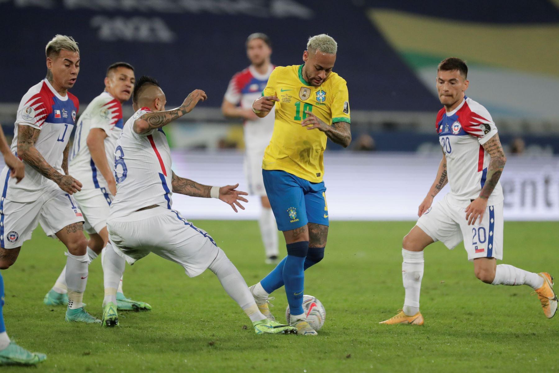 Neymar de Brasil disputa un balón con Arturo Vidal de Chile durante partido por los cuartos de final de la Copa América, en el estadio Nilton Santos en Río de Janeiro, Brasil. Foto: EFE