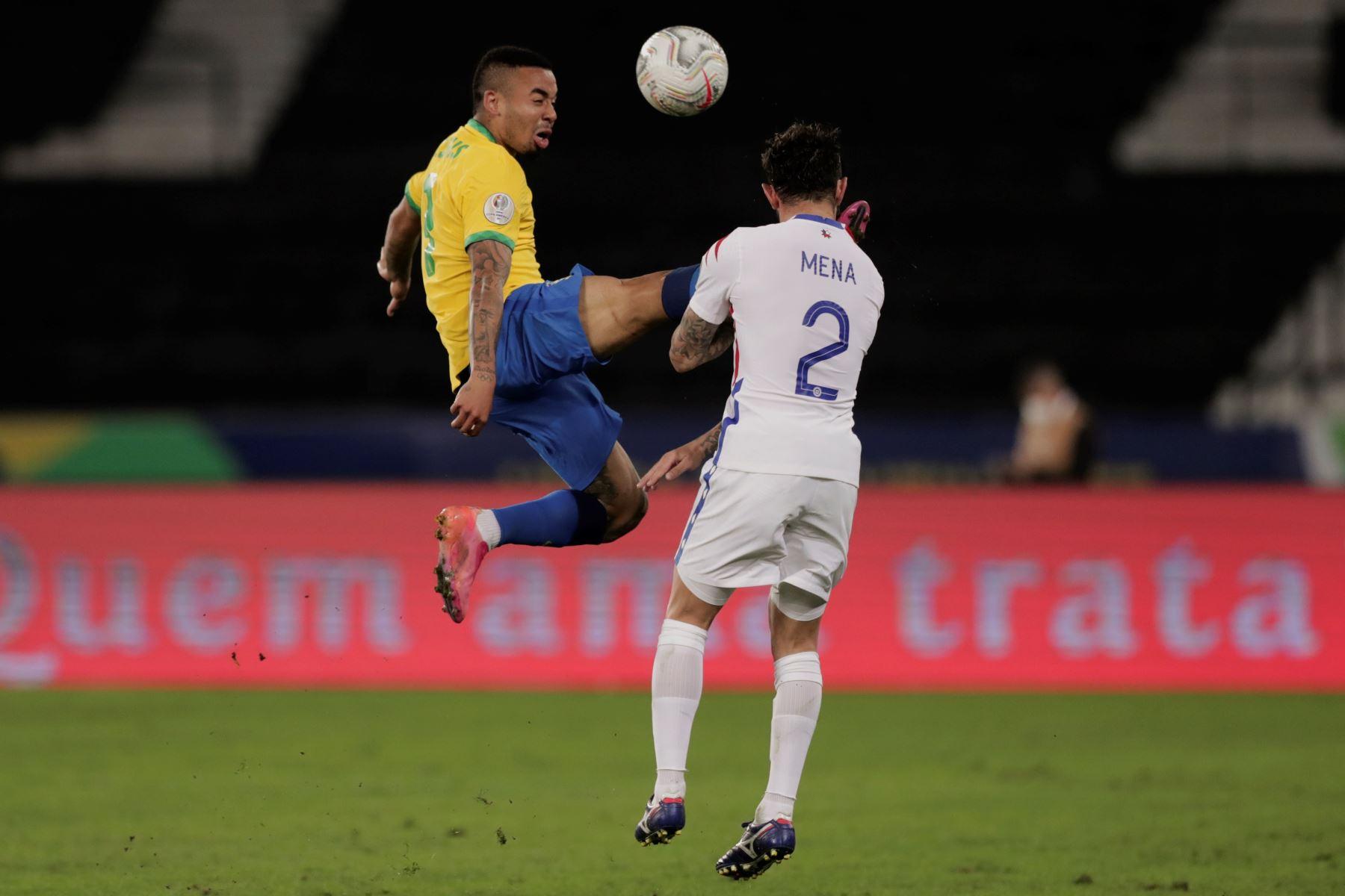 Jugada en la que Gabriel Jesus de Brasil es sancionado con tarjeta roja mientras disputa un balón con Eugenio Mena de Chile durante partido por los cuartos de final de la Copa América, en el estadio Nilton Santos en Río de Janeiro, Brasil. Foto: EFE