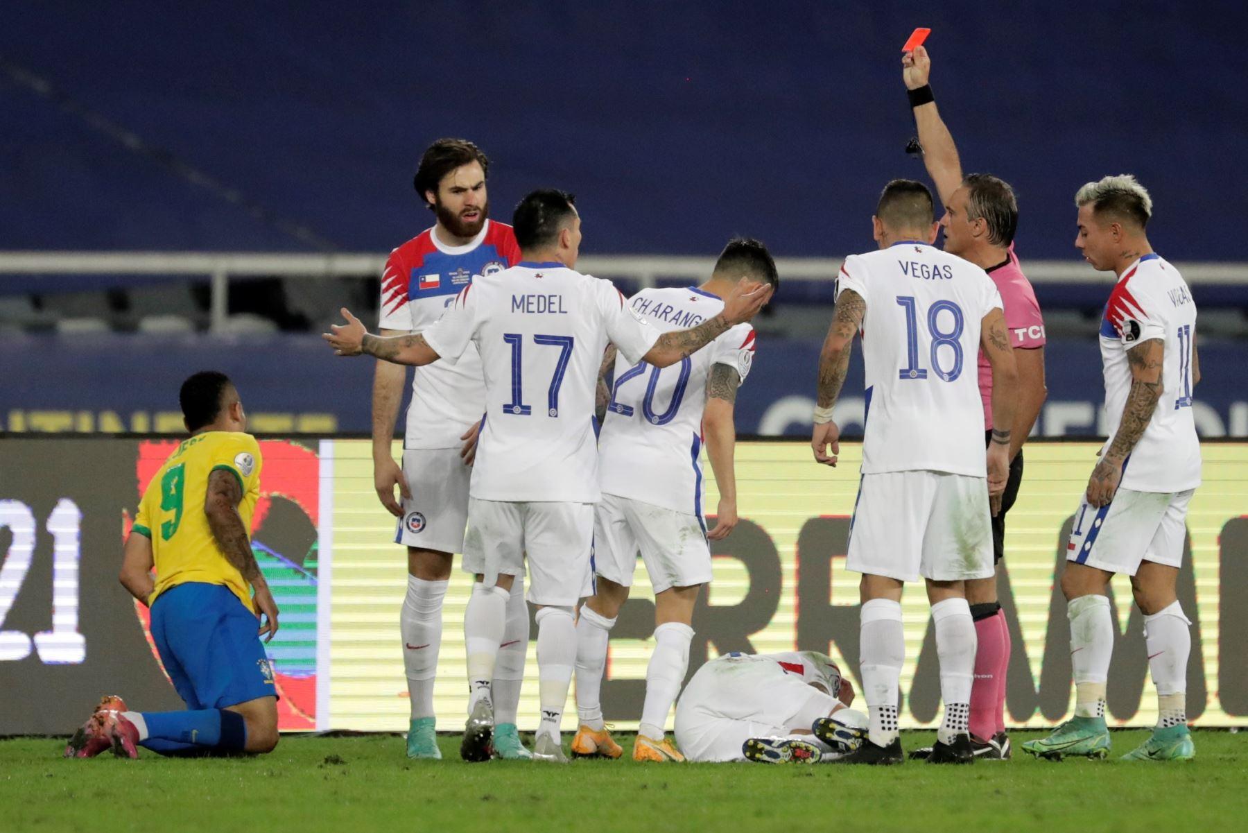 El árbitro argentino Patricio Loustau expulsa a Gabriel Jesús de Brasil durante un partido contra Chile por los cuartos de final de la Copa América, en el estadio Nilton Santos de Río de Janeiro, Brasil. Foto: EFE