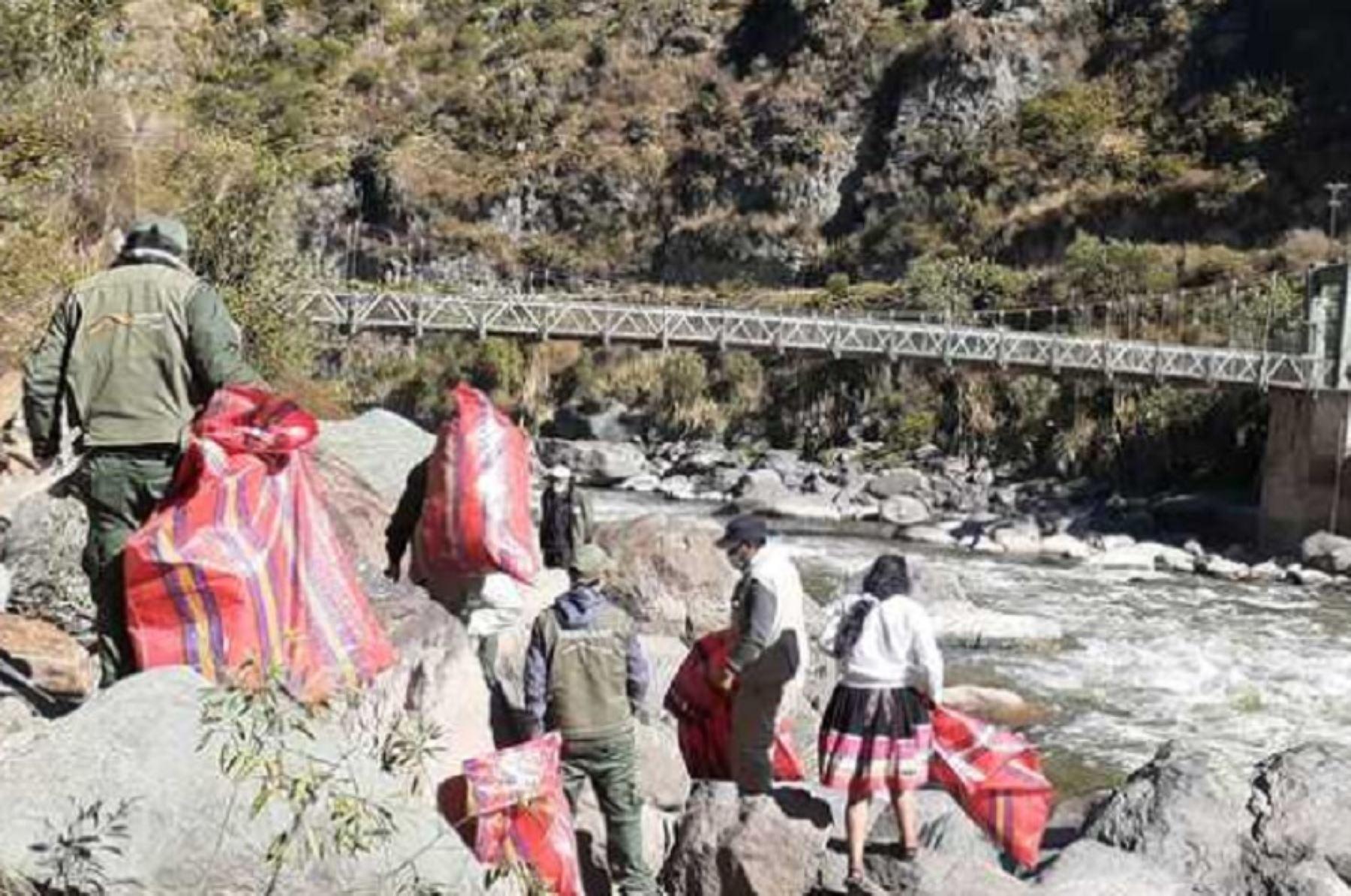 Alrededor de 660 kilogramos de residuos inorgánicos fueron retirados de la ribera del río Vilcanota, como parte de la jornada de limpieza desarrollada por el Servicio Nacional de Áreas Naturales Protegidas por el Estado (Sernanp) en el ámbito del Santuario Histórico de Machu Picchu. Foto: Sernanp.