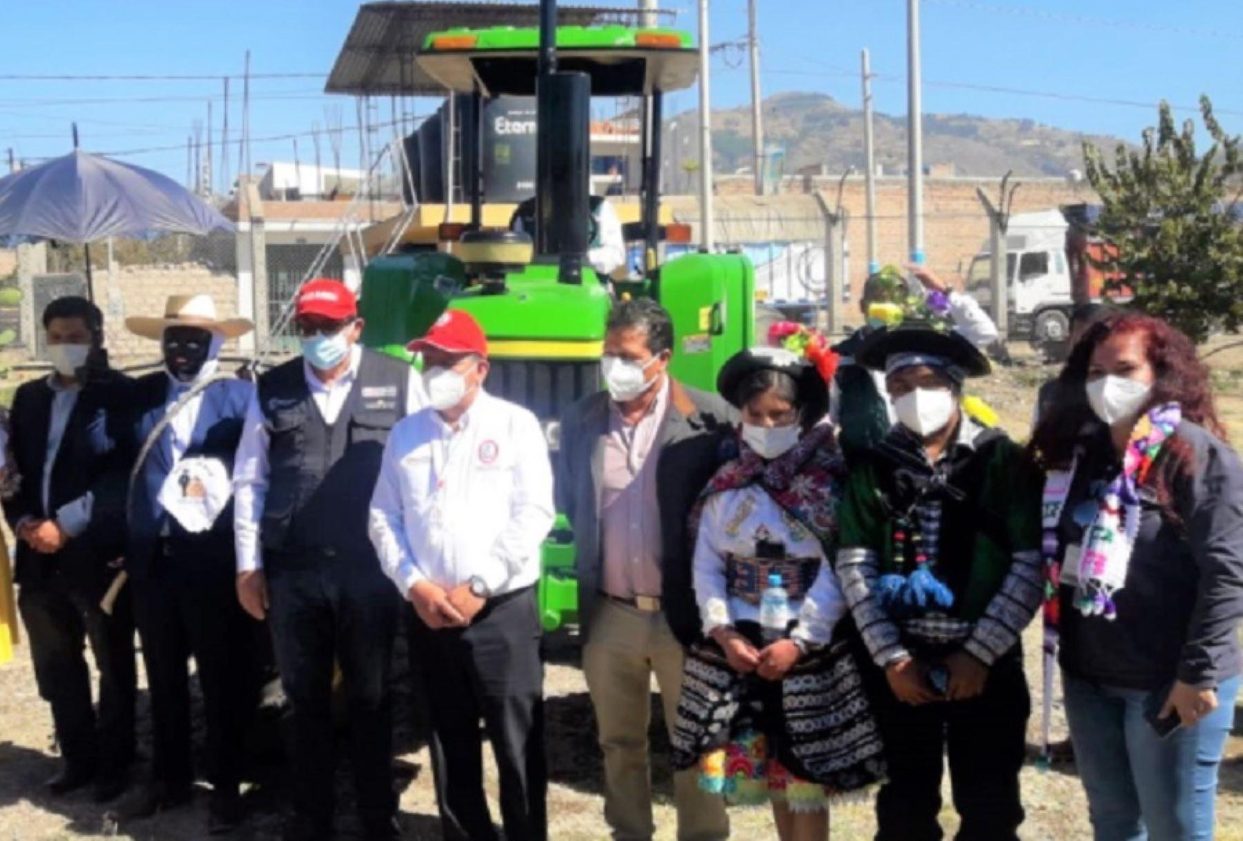 Con el objetivo de brindar mejores servicios en la mecanización agrícola e incrementar la frontera de cultivos, Agro Rural, unidad ejecutora del Ministerio de Desarrollo Agrario y Riego, viene entregando 12 tractores con sus implementos de arados, rastras y surcadores, distribuidos a los gobiernos locales de Ayacucho y Huancavelica.