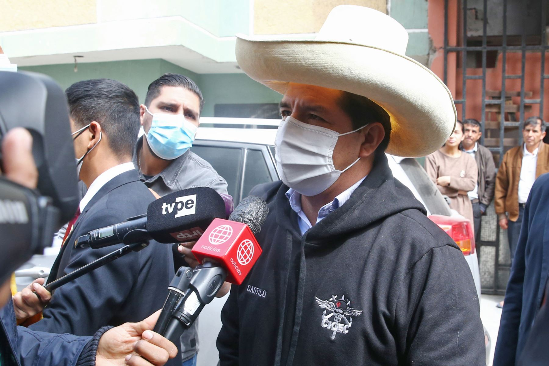 Pedro Castillo saluda a los maestros del país en su día