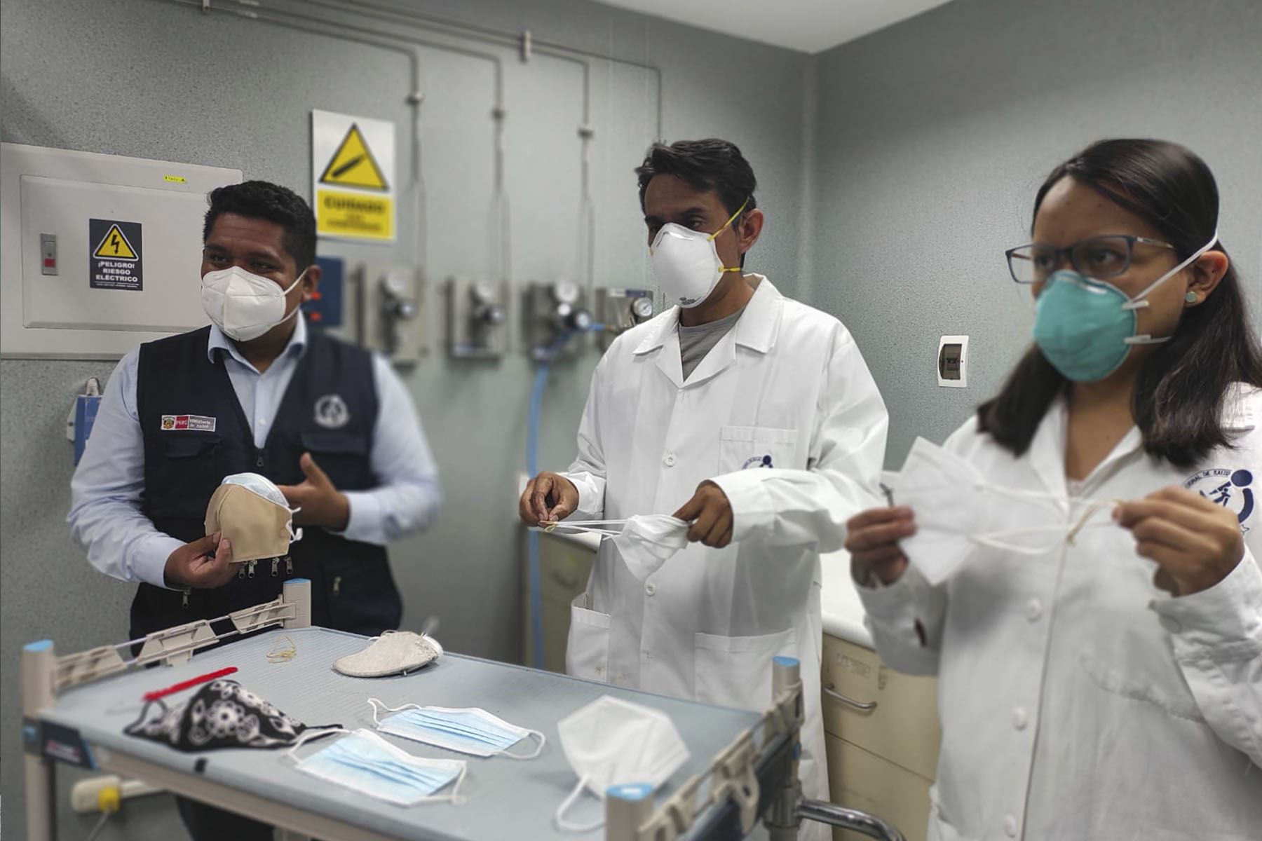 Esta tecnología pionera en el Perú consiste en un dispositivo que hace tres mediciones:  el nivel de filtración de partículas microscopicas, el nivel de respirabilidad y la protección respiratoria cuando una persona tiene puesta la mascarilla.