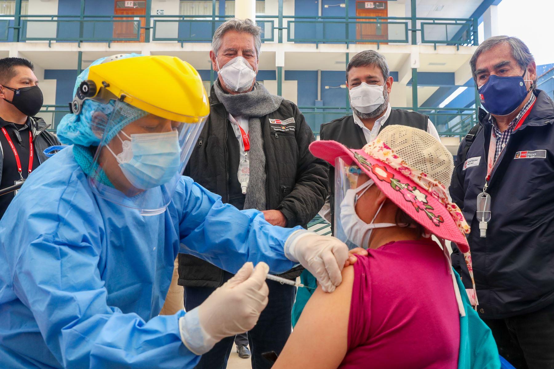 El presidente Francisco Sagasti supervisa la vacunación de docentes de zonas rurales en el colegio Mariscal Cáceres de Huamanga, Ayacucho. Foto: Presidencia