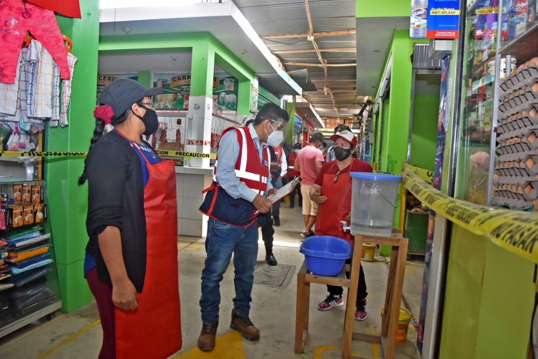 Personal de Sunafil orienta a trabajadores de mercados en prevención del Covid-19. Foto: Cortesía.