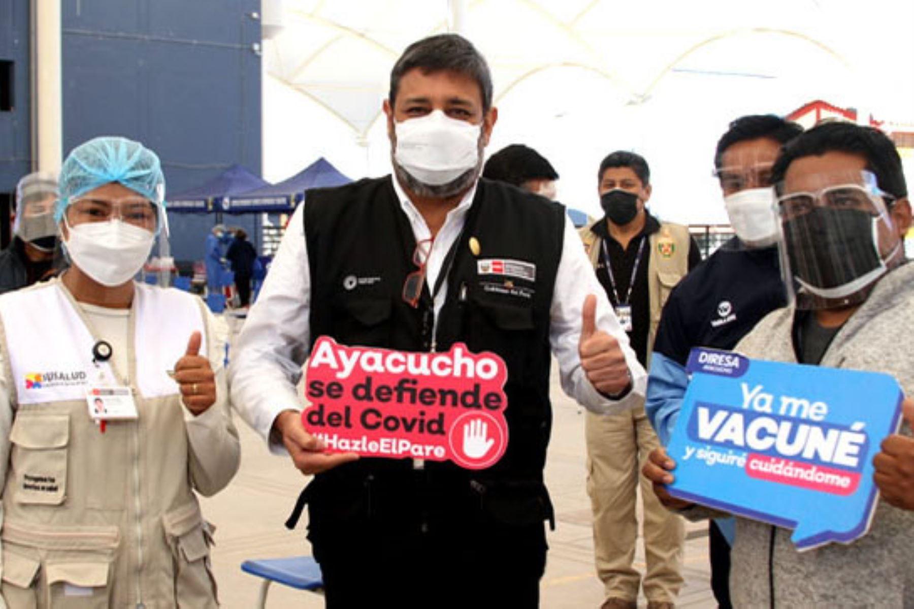 El ministro de Educación, Ricardo Cuenca, supervisó la vacunación de maestros rurales en Ayacucho. Foto: ANDINA/Difusión
