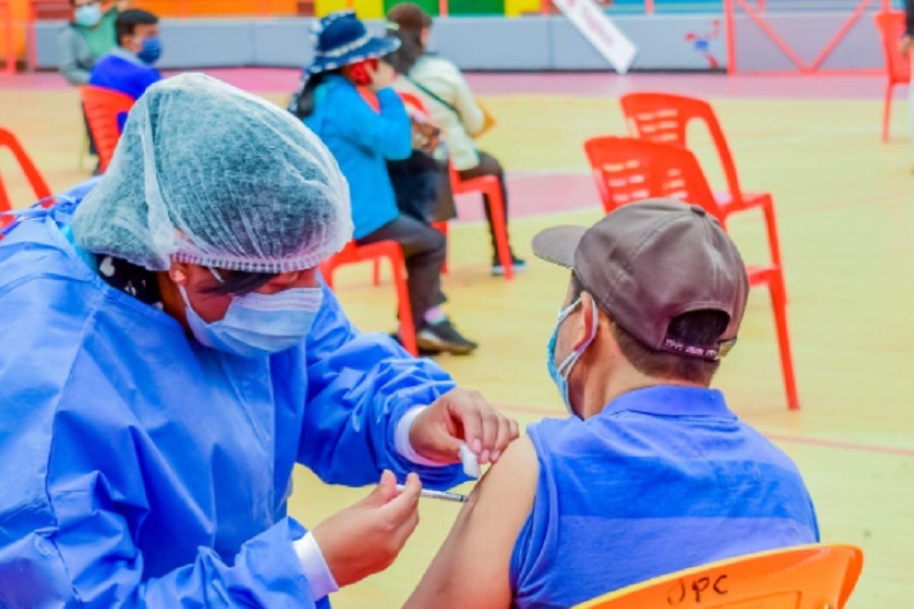 Áncash: 55 % de maestros rurales recibió dosis anticovid-19 en primer día de vacunación