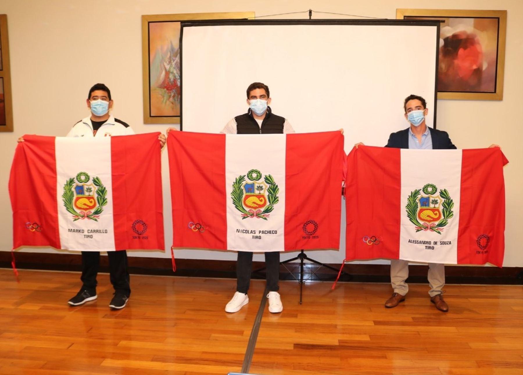 Nicolás Pacheco, Marko Carrillo y Alessandro de Souza reciben la Bandera peruana que harán flamear en los Juegos Olímpicos de Tokio 2020.