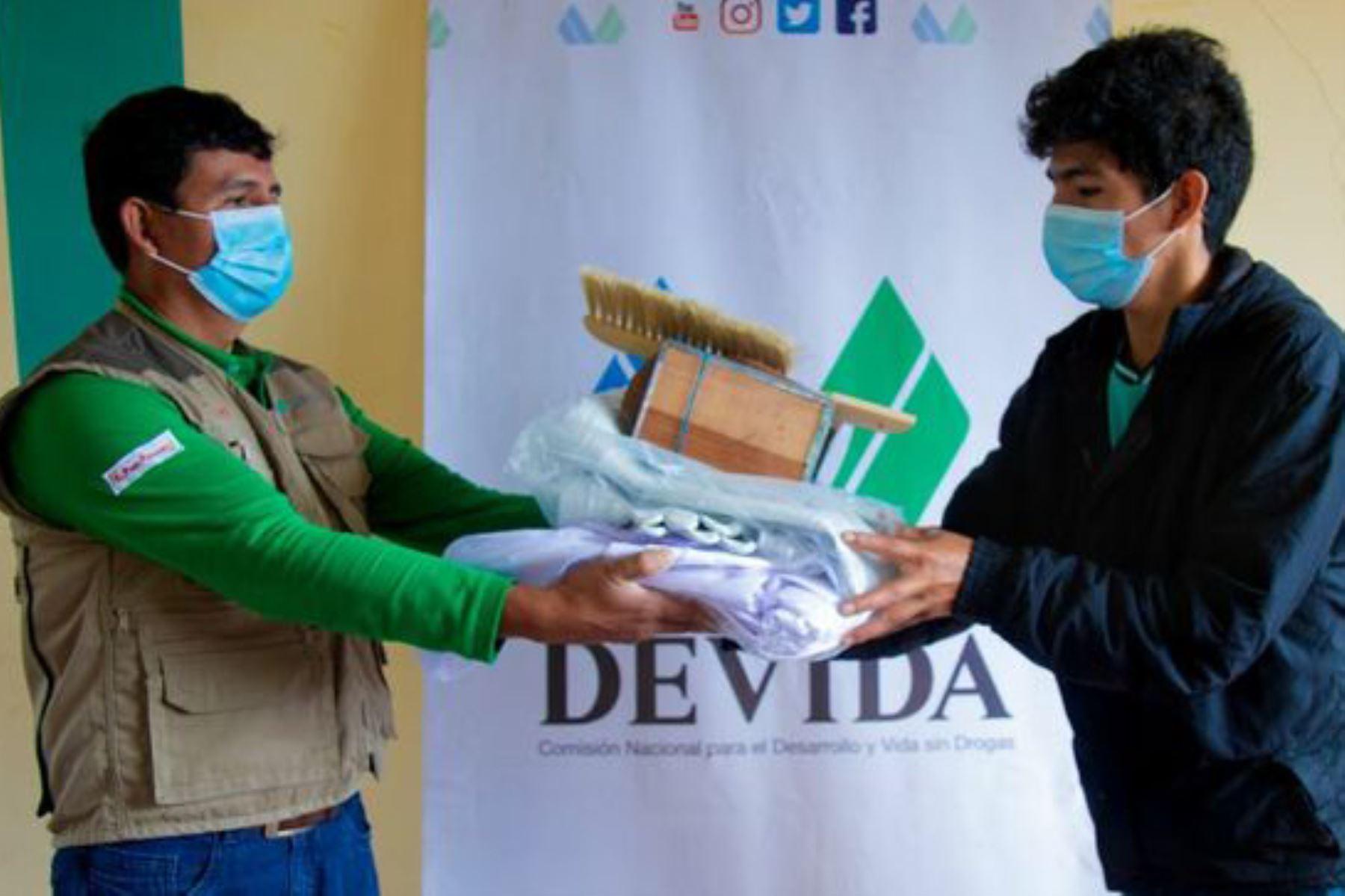Devida entrega implementos y capacita a familias apicultoras de Ayacucho