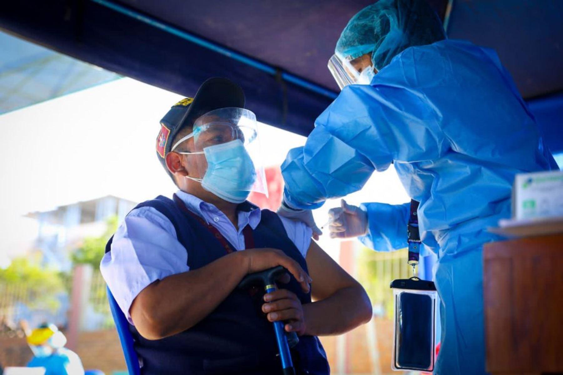 Jornada de vacunación contra la covid-19 a maestros de zonas rurales de la región Arequipa. Foto: ANDINA/Difusión