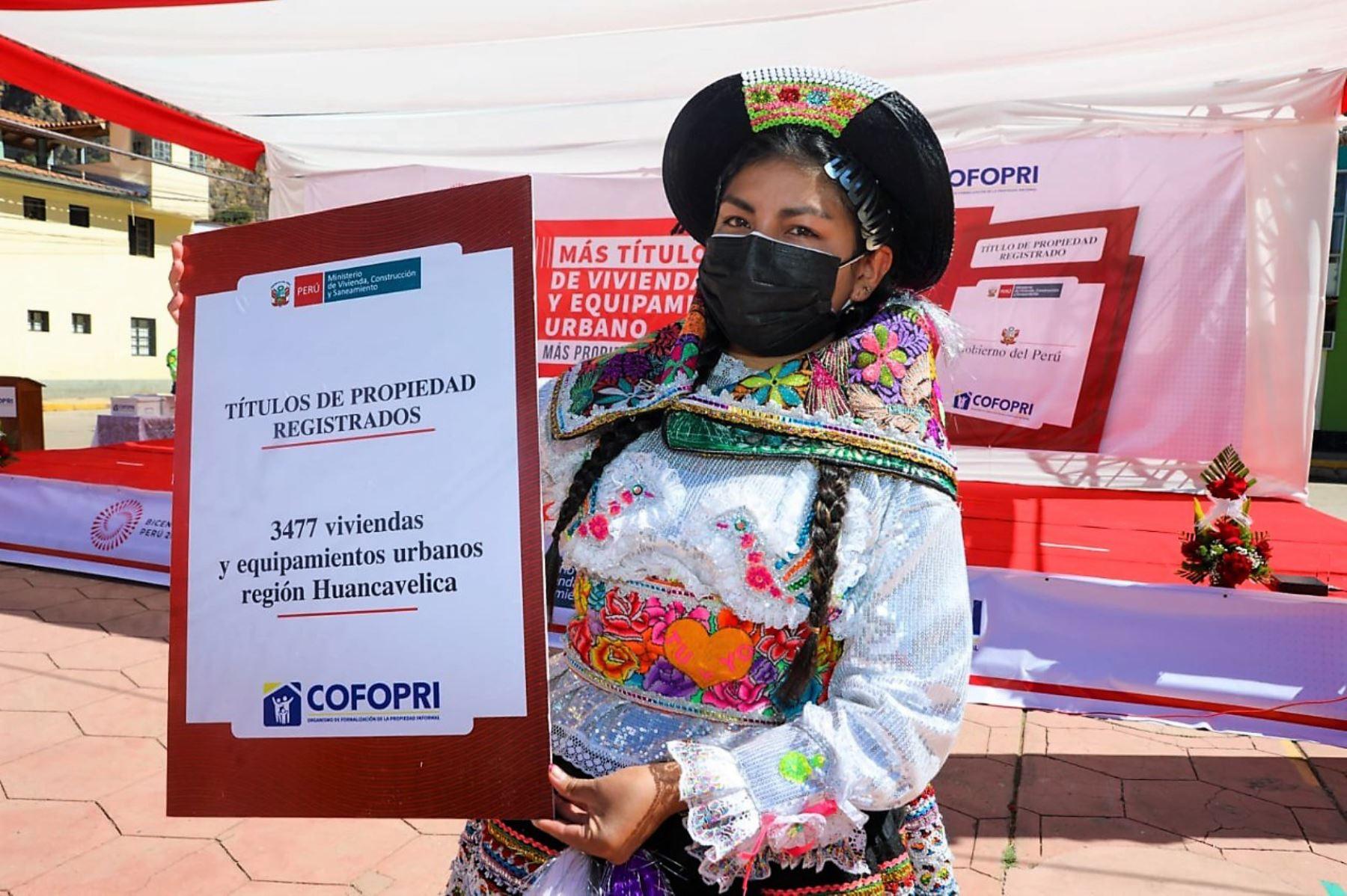 Una ciudadana de Huancavelica recibe el título de propiedad entregado por la ministra Solangel Fernández. Foto: ANDINA/difusión.