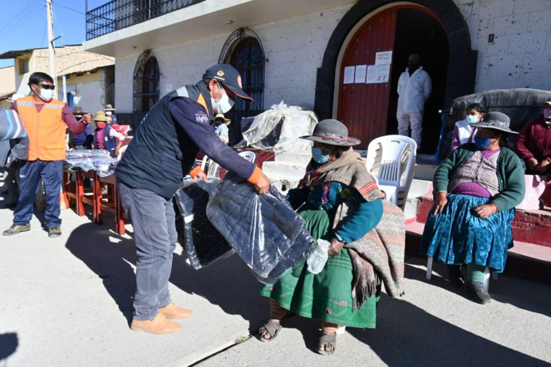 La Oficina Regional de Defensa Nacional y Defensa Civil de Arequipa entregó 1,275 frazadas y 350 mantas a la población afectadas por las bajas temperaturas. Foto: ANDINA/Difusión