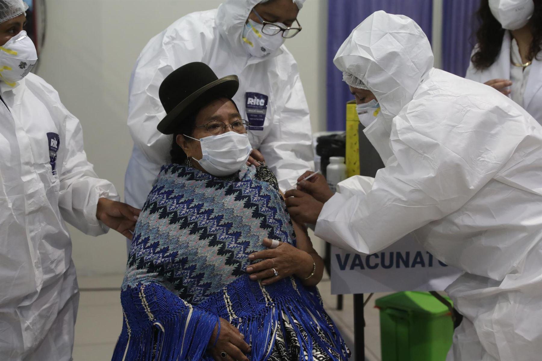 Bolivia reporta mil 452 nuevos casos de covid y aguarda llegada de más vacunas.