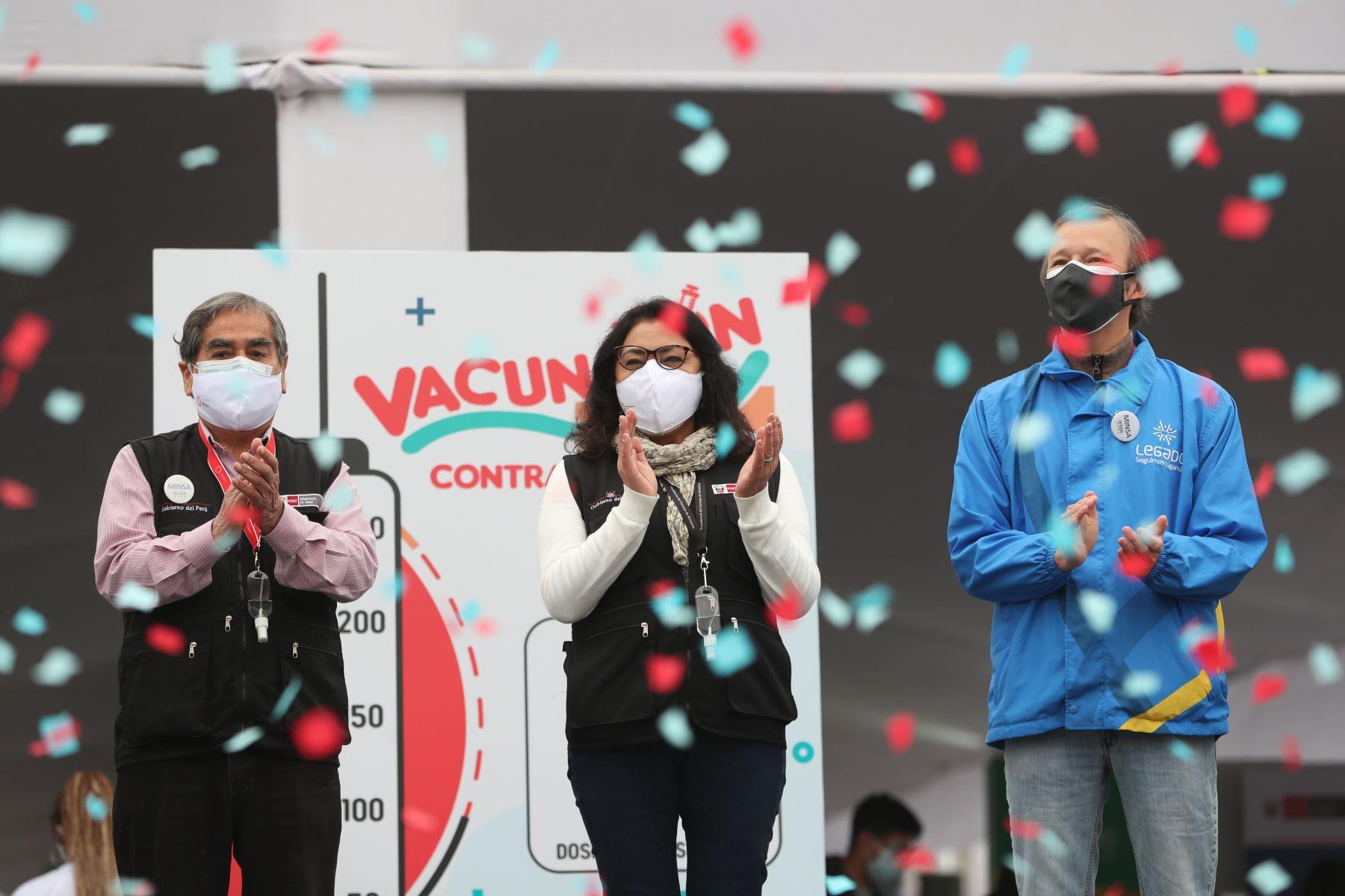 Presidenta del Consejo de Ministros, Violeta Bermúdez junto al ministro de Salud, óscar Ugarte supervisan la puesta en funcionamiento del vacunatón contra la covid-19 en los distritos de Villa María del Triunfo. Foto: PCM