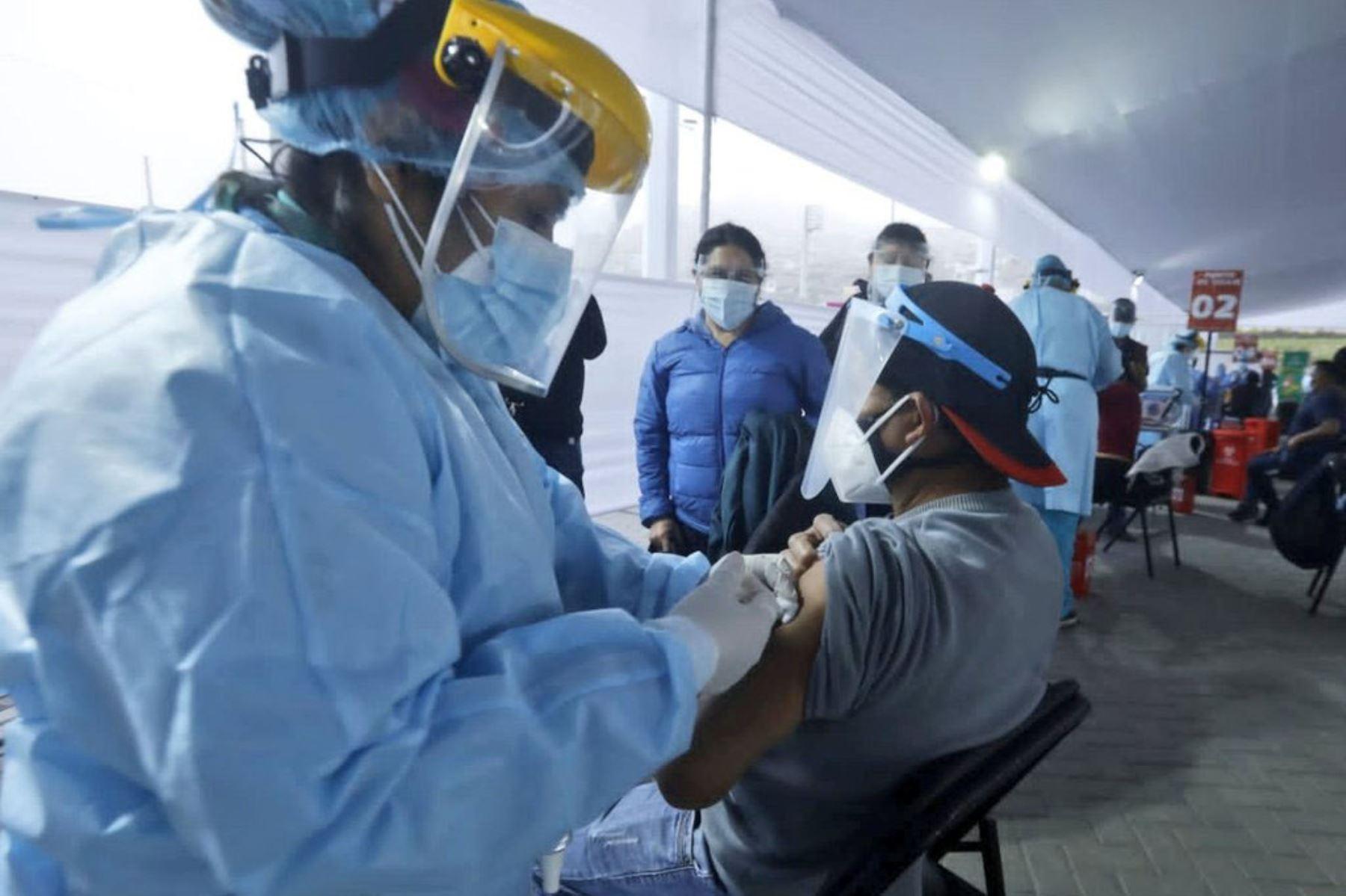 Empezó la primera jornada del Vacunatón contra la covid-19 en Lima Metropolitana y Callao. Hoy vacunan a los mayores de 47 años de manera ininterrumpida, incluyendo horario madrugada. Foto: Minsa