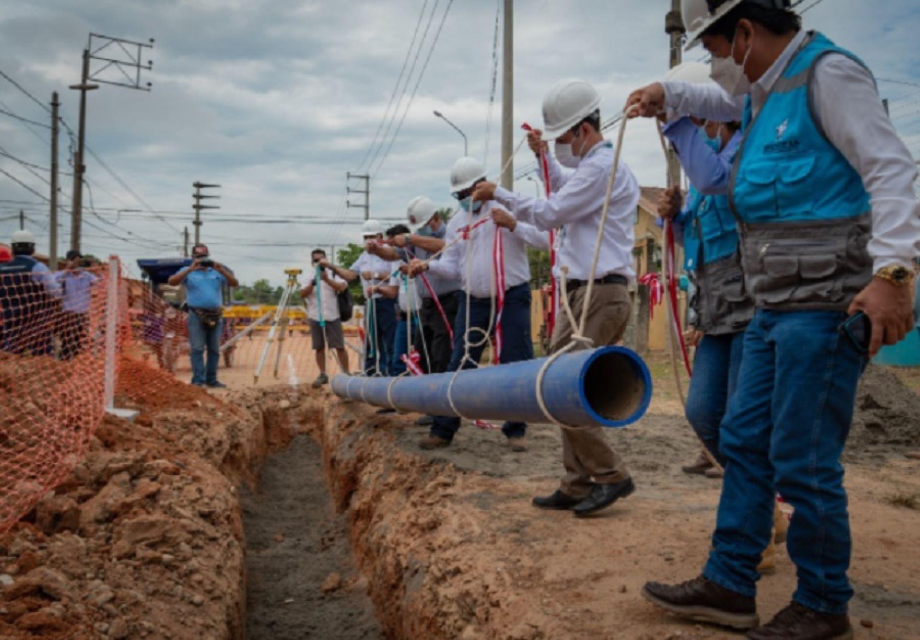 El director ejecutivo del Organismo Técnico de la Administración de los Servicios de Saneamiento (OTASS), Hugo Ortega Polar, junto al alcalde provincial de coronel Portillo, Segundo Pérez Collazos, participó en el acto de colocación del primer tubo de la obra de construcción.