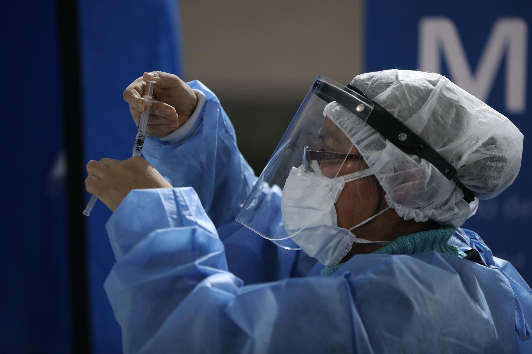 Con un proceso de vacunación que superó hasta ayer los 12.7 millones de dosis aplicadas, el Minsa agregó que a la fecha se tienen 5,562 pacientes hospitalizados por la covid-19. ANDINA/ Minsa