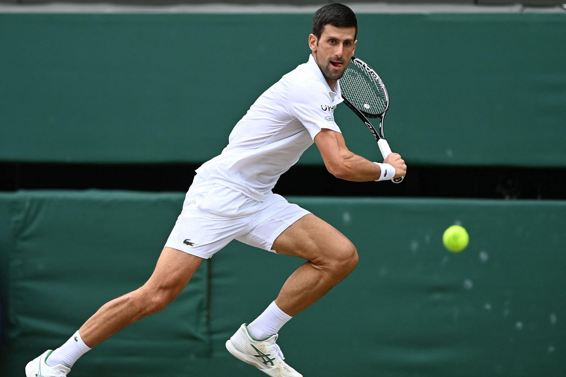 El serbio Novak Djokovic regresa al italiano Matteo Berrettini durante el partido final de individuales masculinos en el decimotercer día del Campeonato de Wimbledon 2021. Foto: AFP