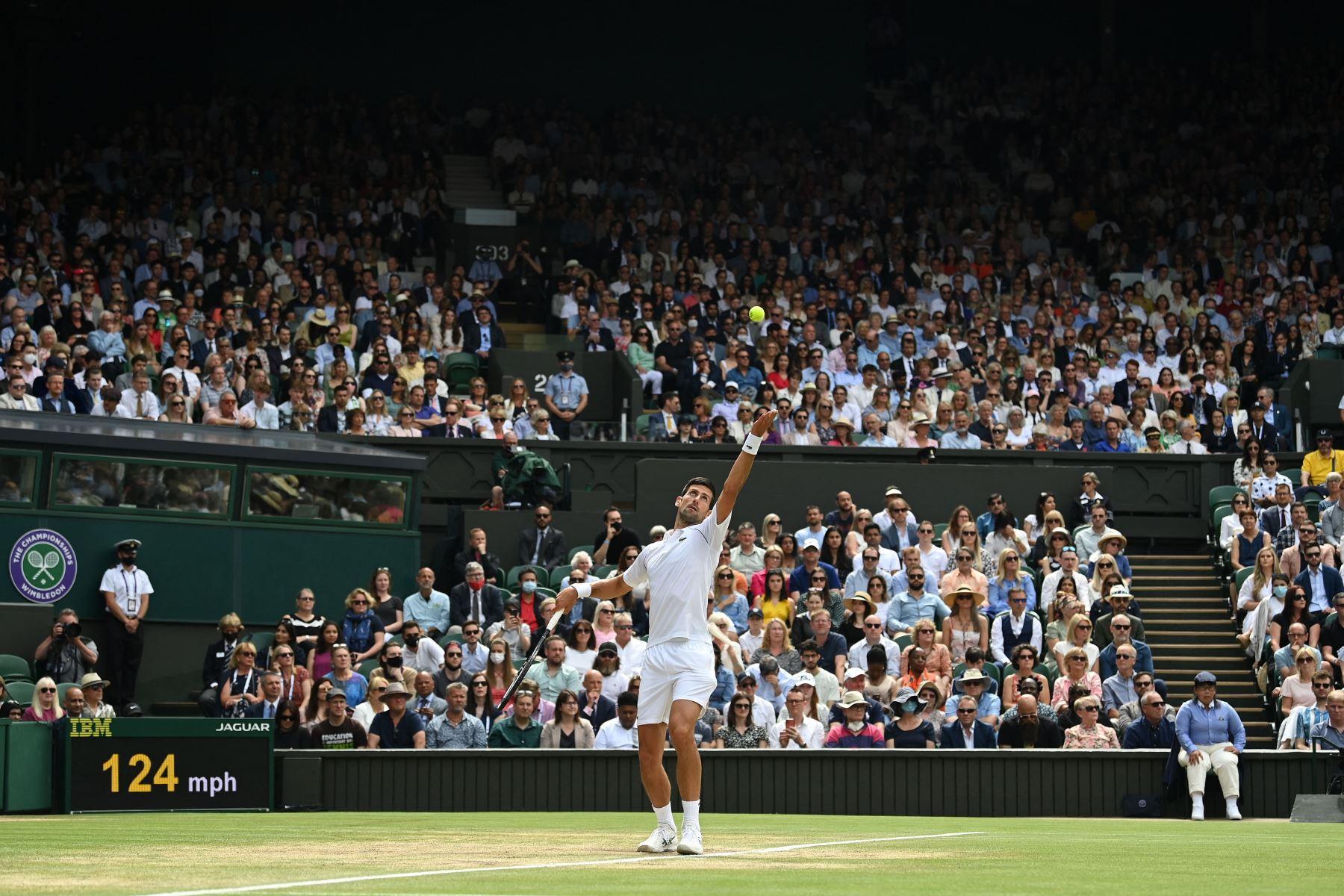 El serbio Novak Djokovic sirve al italiano Matteo Berrettini durante el partido final de individuales masculinos en el decimotercer día del Campeonato de Wimbledon 2021. Foto: AFP