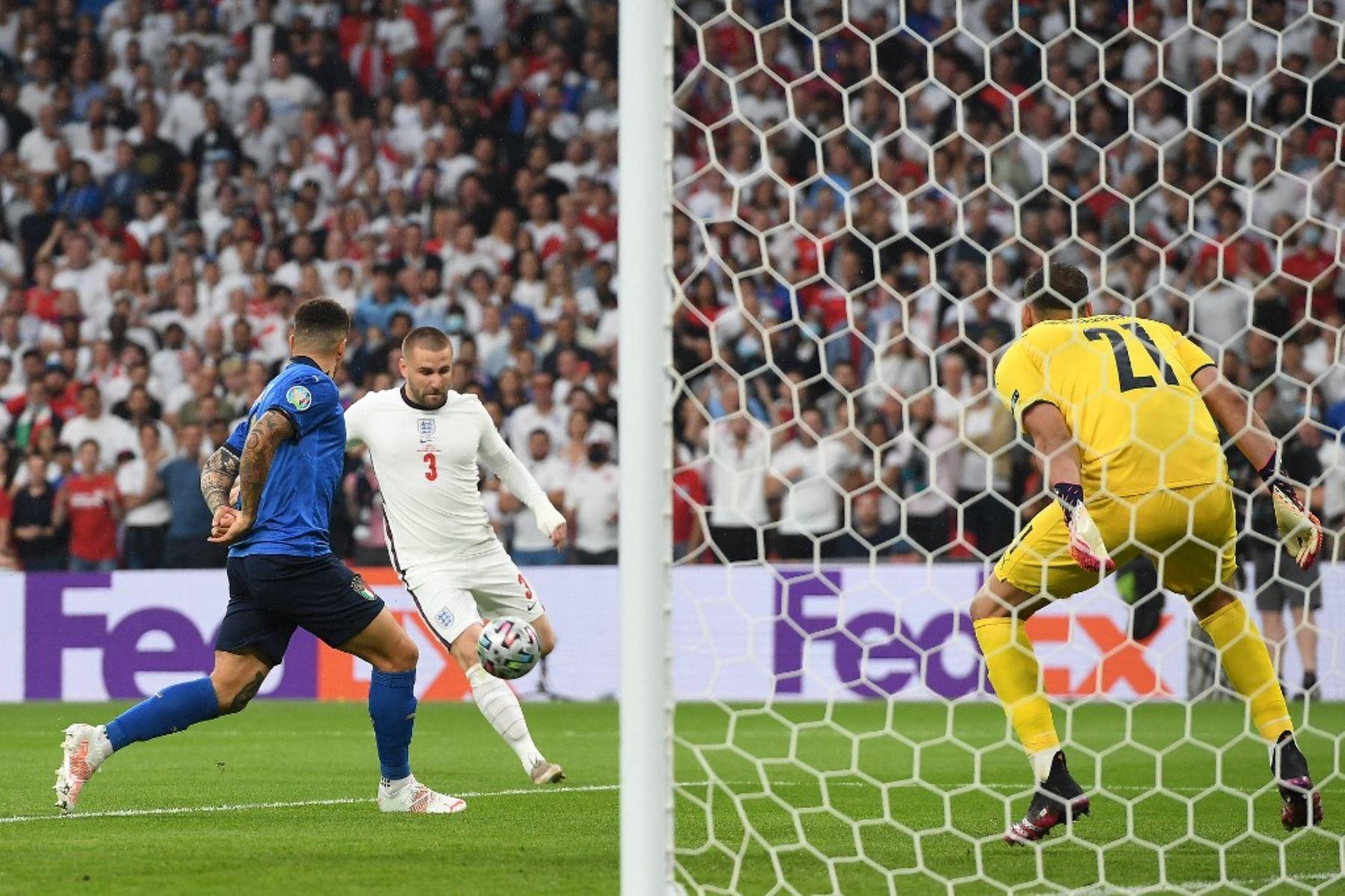 Luke Shaw anota el primer gol para Inglaterra