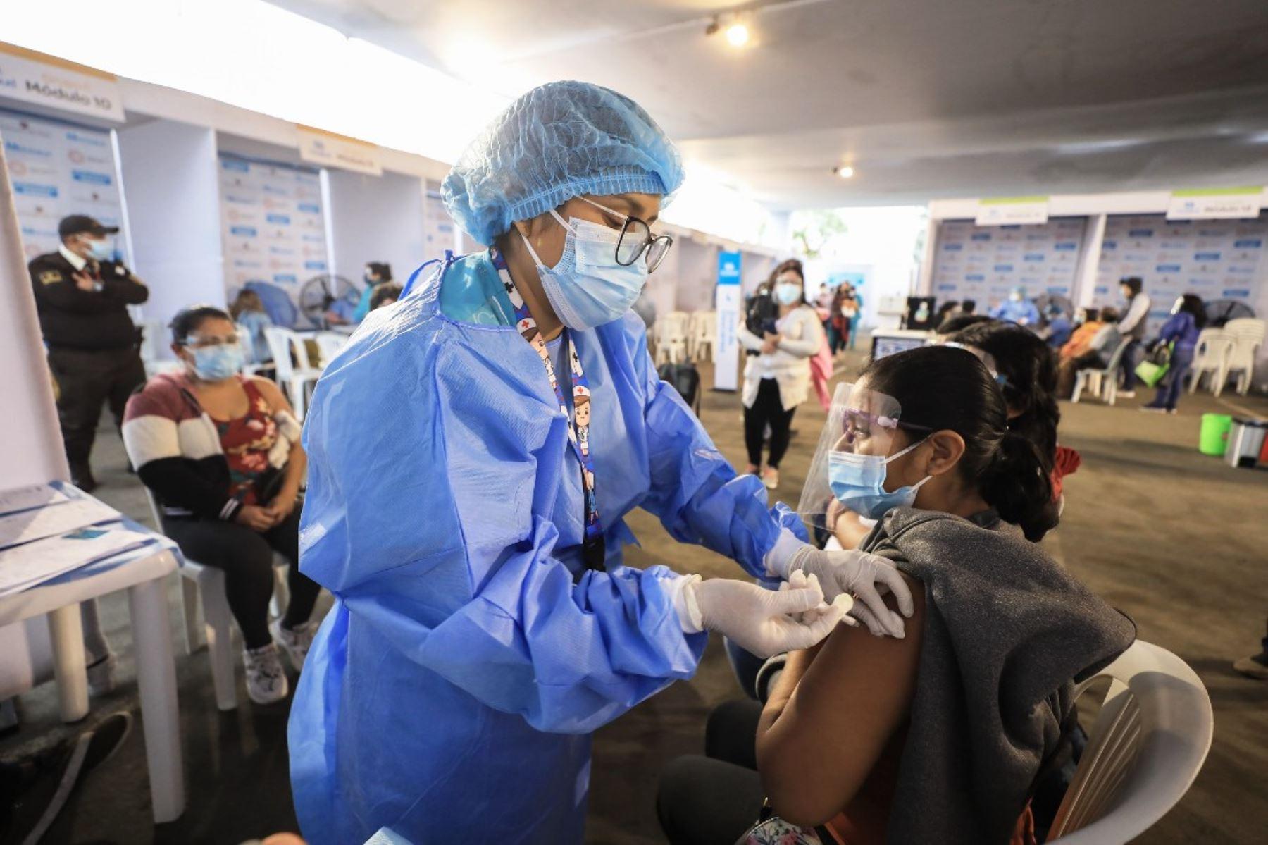 Presidenta de EsSalud supervisó segundo día del Vacunatón que se realiza en Lima y Callao