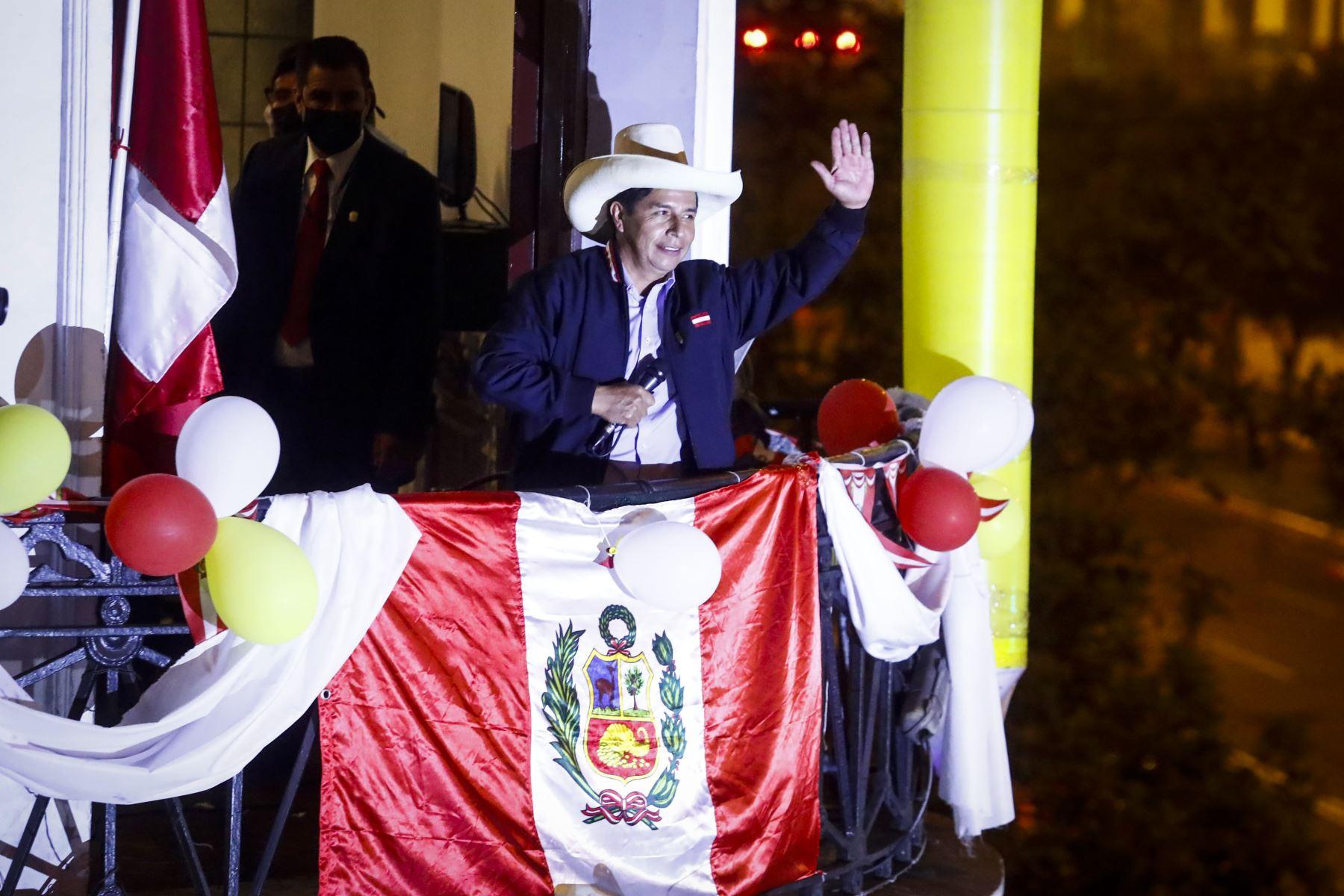 LIMA, PERÚ - JUNIO 07.- Pedro Castillo saluda a sus simpatizantes en el local del partido Perú Libre en Paseo Colón. Foto: ANDINA/Renato Pajuelo