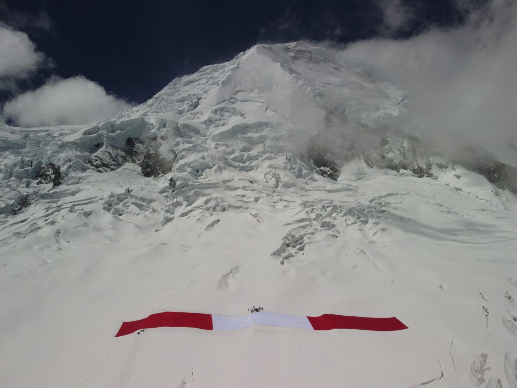 Áncash: la Bandera del Bicentenario ya se encuentra en el nevado Huascarán